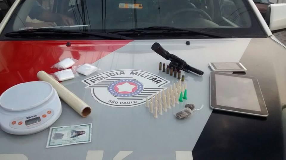 Material apreendido em operação da Força Tática, em Lorena, na tarde da última segunda-feira (Foto: Divulgação PM)