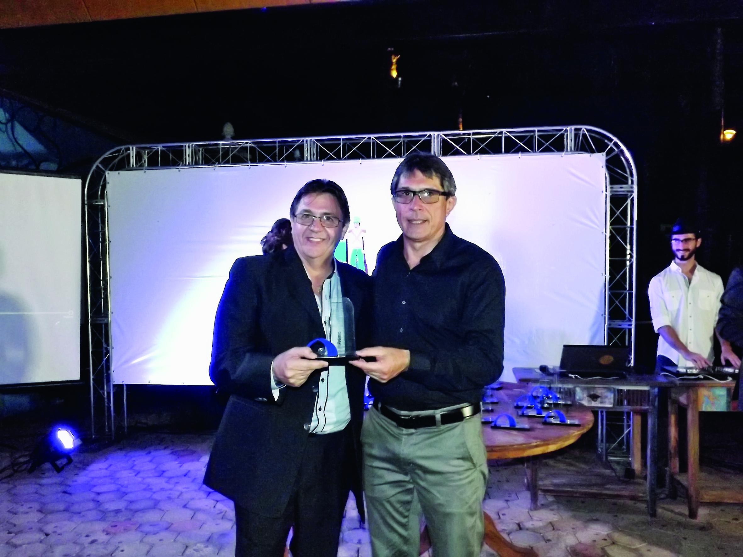 O proprietário da Regelub Artur Pilan recebe prêmio de Marcondes (Foto: Lucas Barbosa)