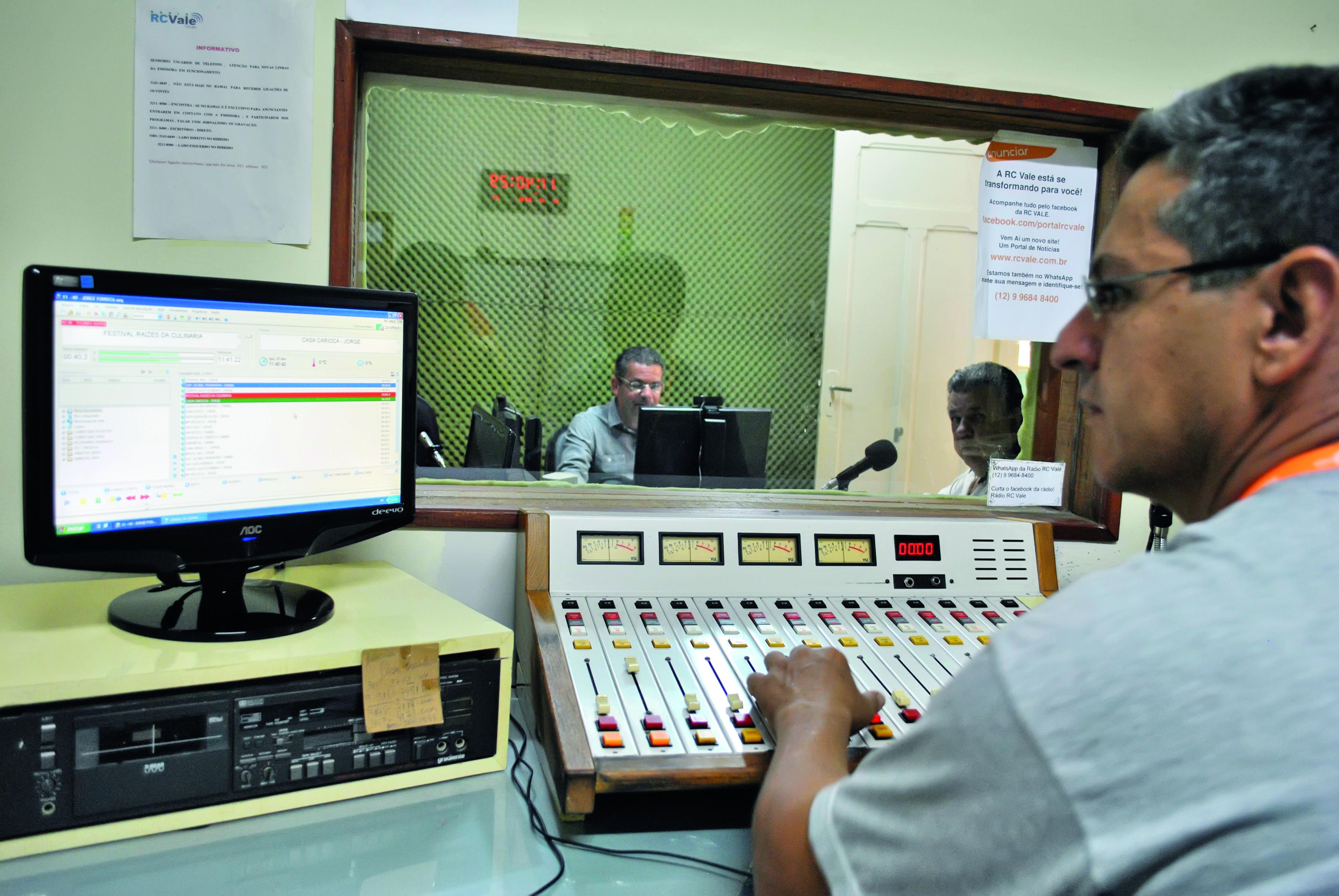 Bastidores da Rádio RC Vale, em Cruzeiro; uma das emissoras AM preparadas para mudança para FM (Foto: Andreah Martins)