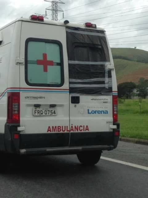 A ambulância de Lorena que foi flagrada com janela traseira improvisada com saco plástico (Foto: Reprodução)