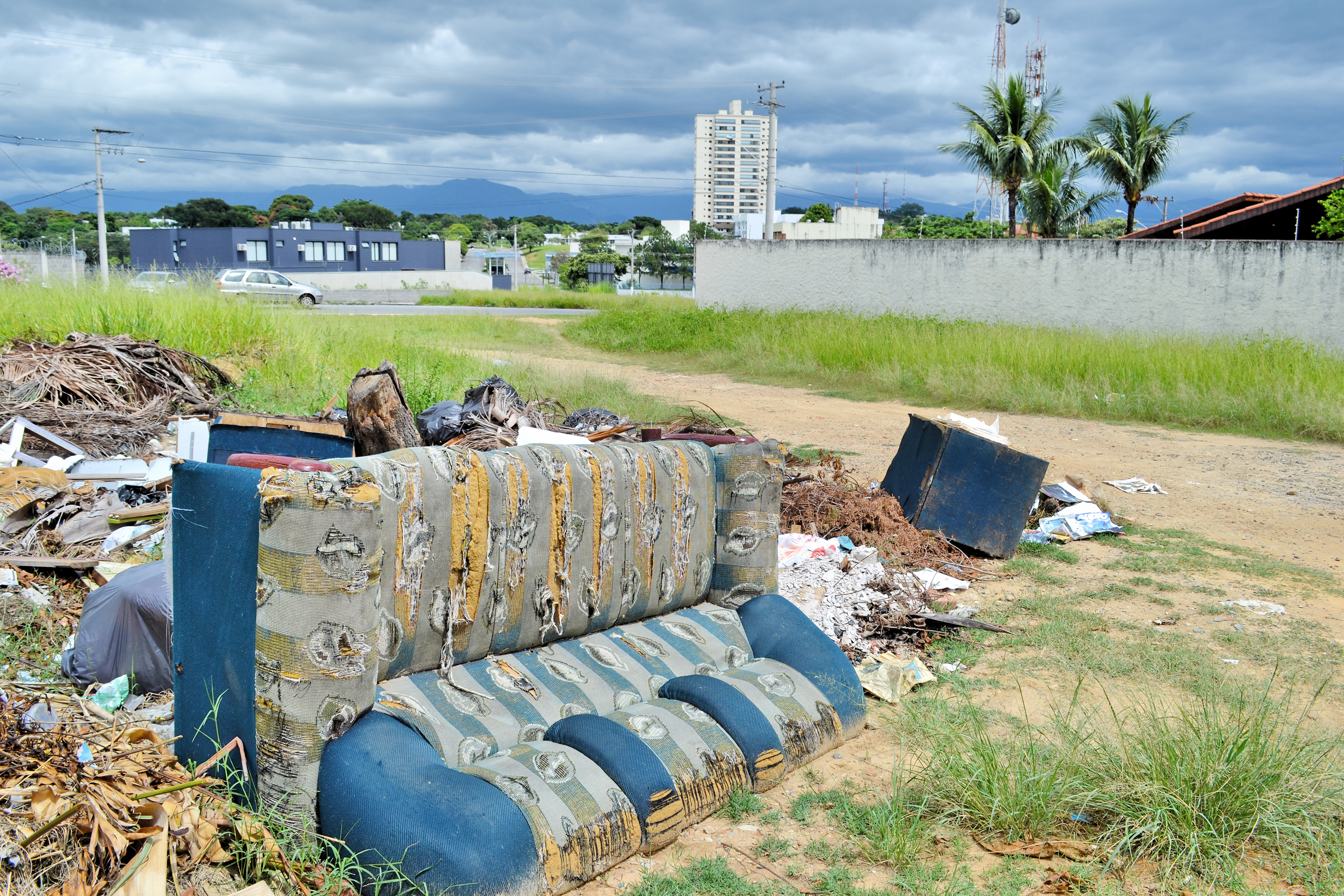 Sofá abandonado em terreno na Nova Guará é exemplo de descarte irregular na cidade (Foto: Estéfani Braz)