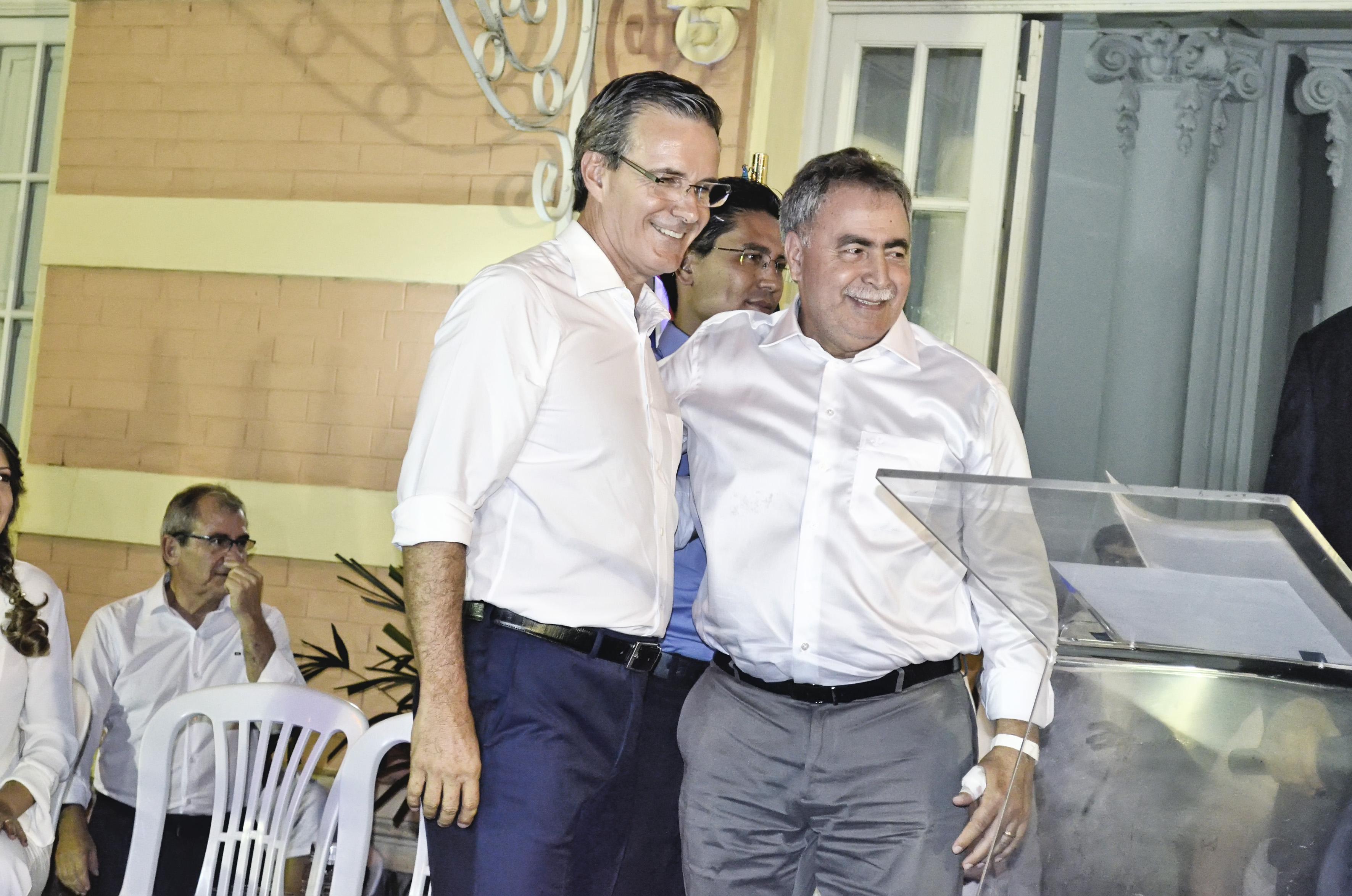 O prefeito Marcus Soliva e o diretor do Saeg, Miguel Sampaio na cerimônia de posse, no último domingo (Foto: Leandro Oliveira)