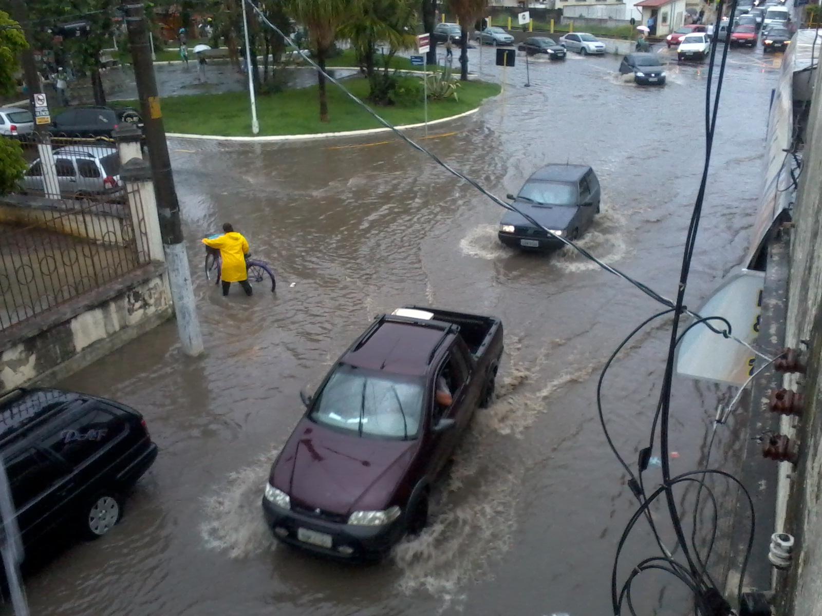 Carros enfrentam pontos de alagamentos no Centro de Lorena; Prefeitura vai investir em obras para evitar novas inundações como as da última terça-feira (Foto: Arquivo Atos)