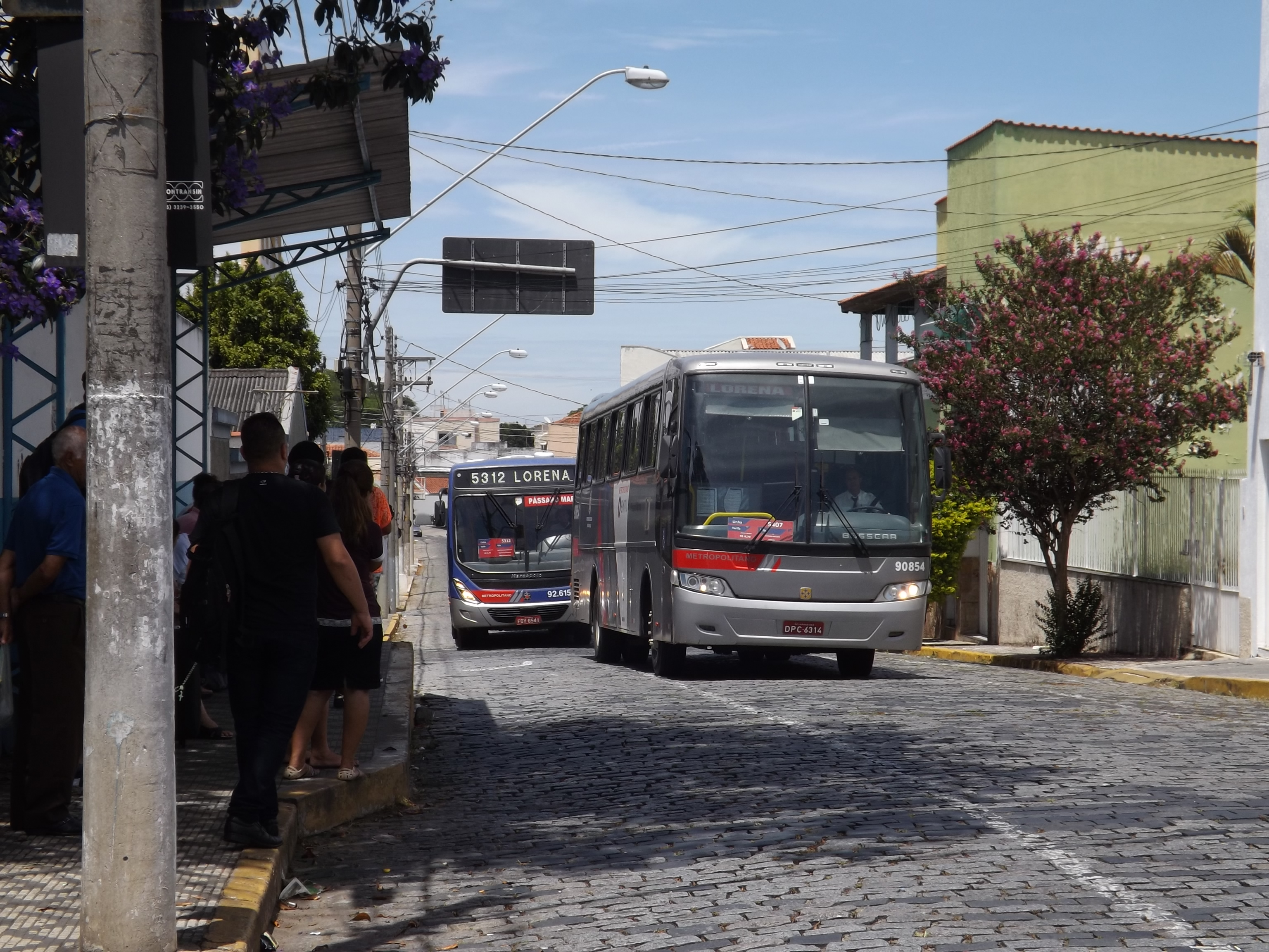 Passageiros aguardam ônibus que liga Lorena à região; reajuste foi suspenso na última terça-feira pelo TJ (Foto: Arquivo Atos)