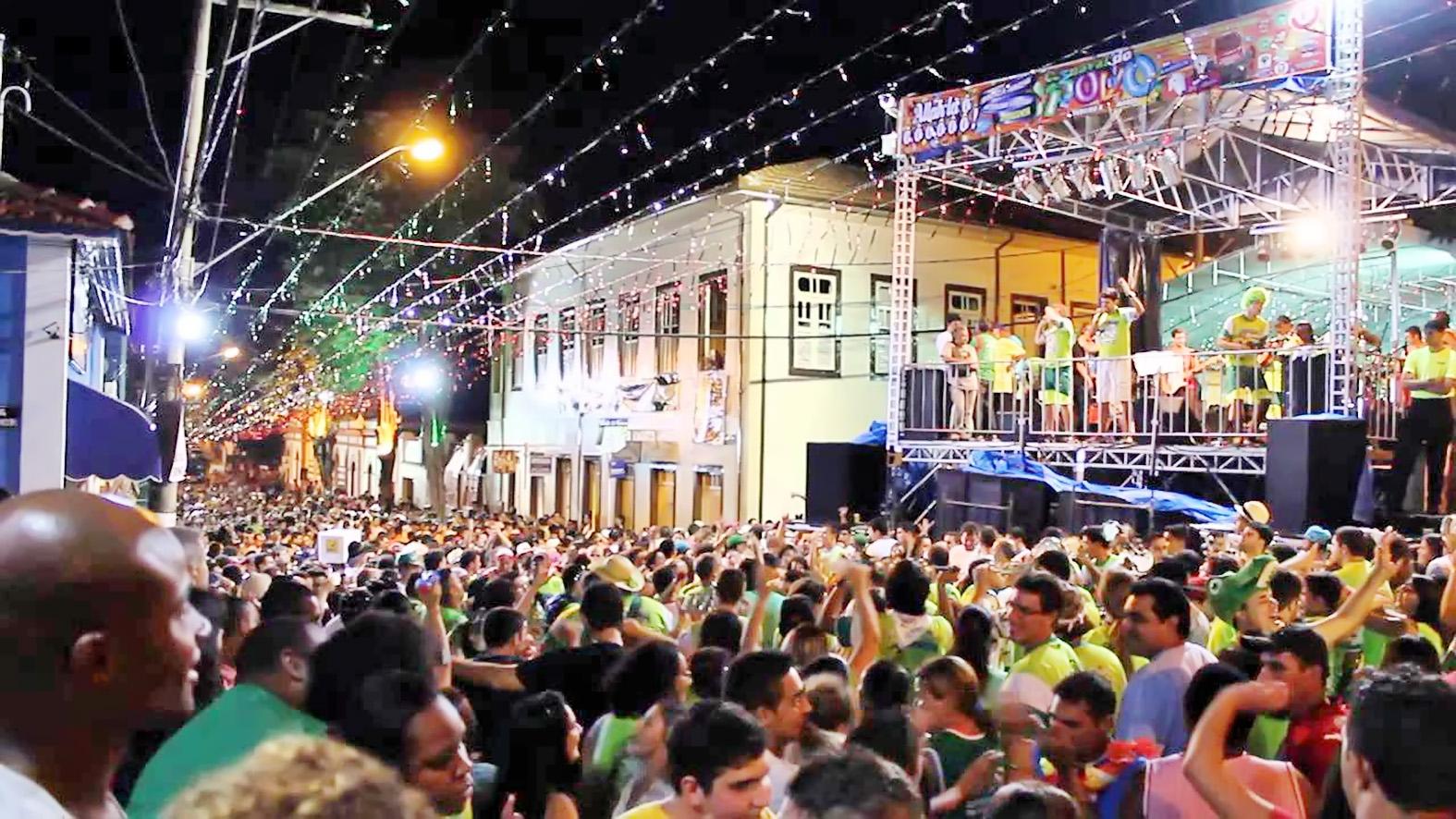 Foliões lotam praça na região central de Cunha; cidade aposta em blocos de São Luiz para atrair público (Foto: Reprodução)