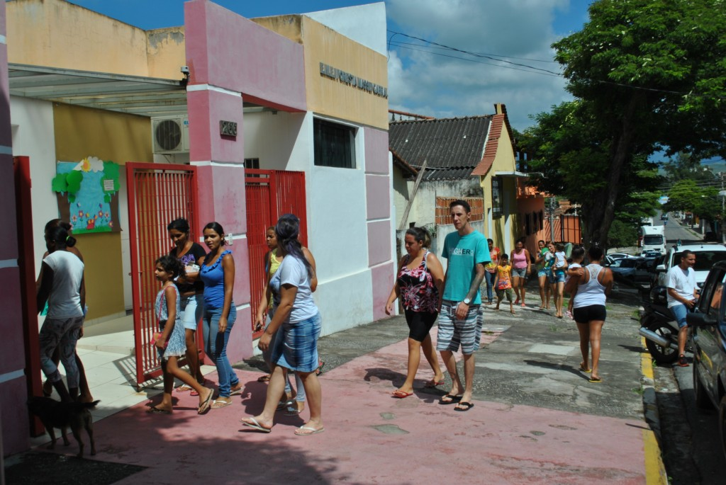 Pais buscam filhos em escola da rede municipal de Cruzeiro; governo qualifica merenda (Foto: Andreah Martins)