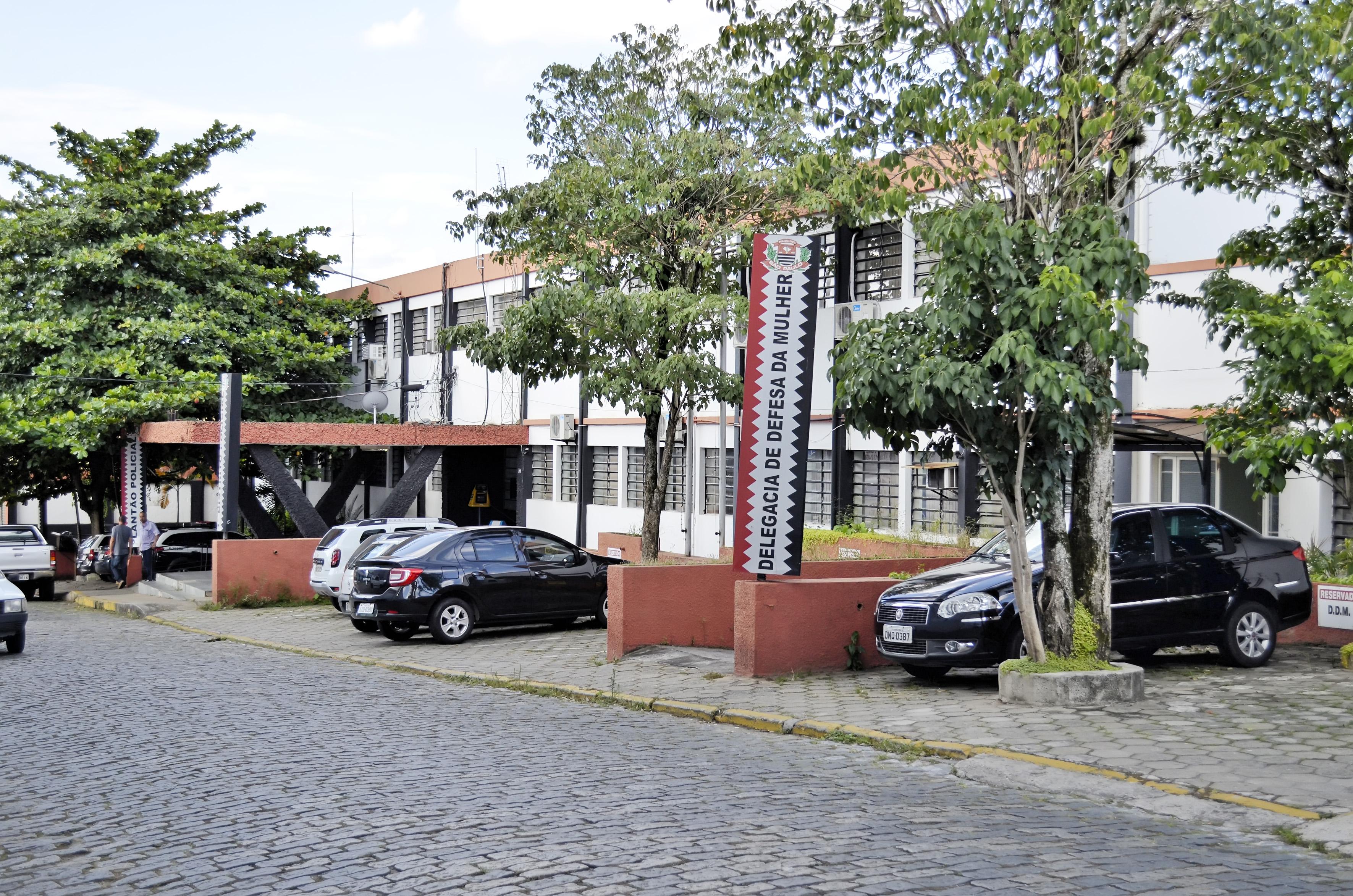 O prédio da Delegacia Geral de Guaratinguetá, paralisado e que pode ser sede do novo Pronto Socorro (Foto: Leandro Oliveira)