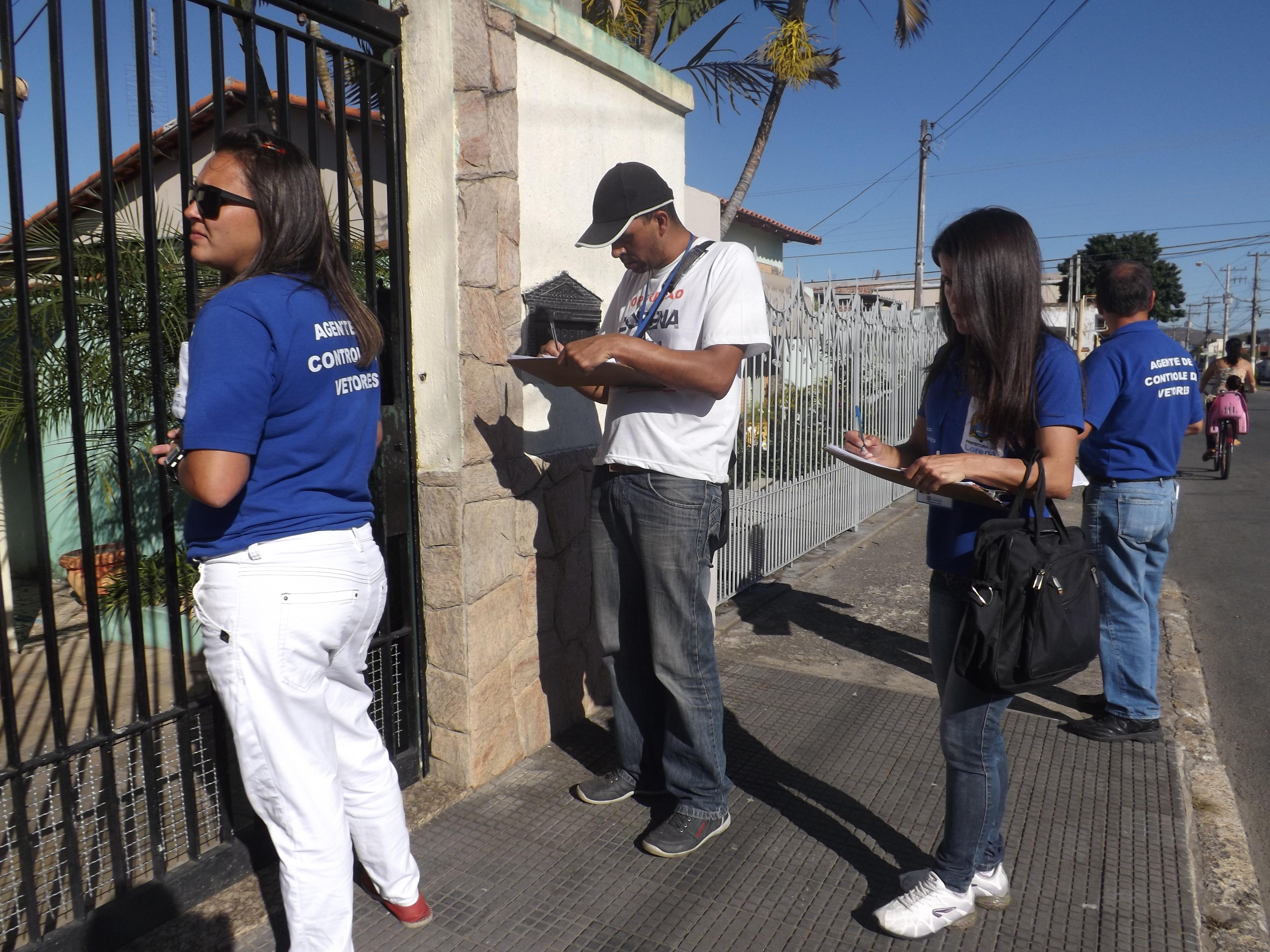 Agentes vistoriam residências e conscientizam moradores sobre a importância de combater o Aedes aegypti (Foto: Arquivo Atos)