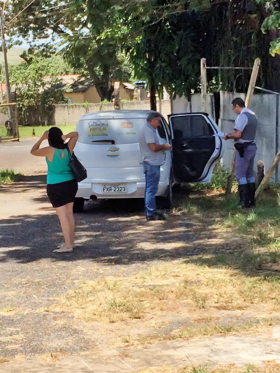 Carro do Conselho Tutelar que foi flagrado com falta de documentos (Foto: Colaboração)