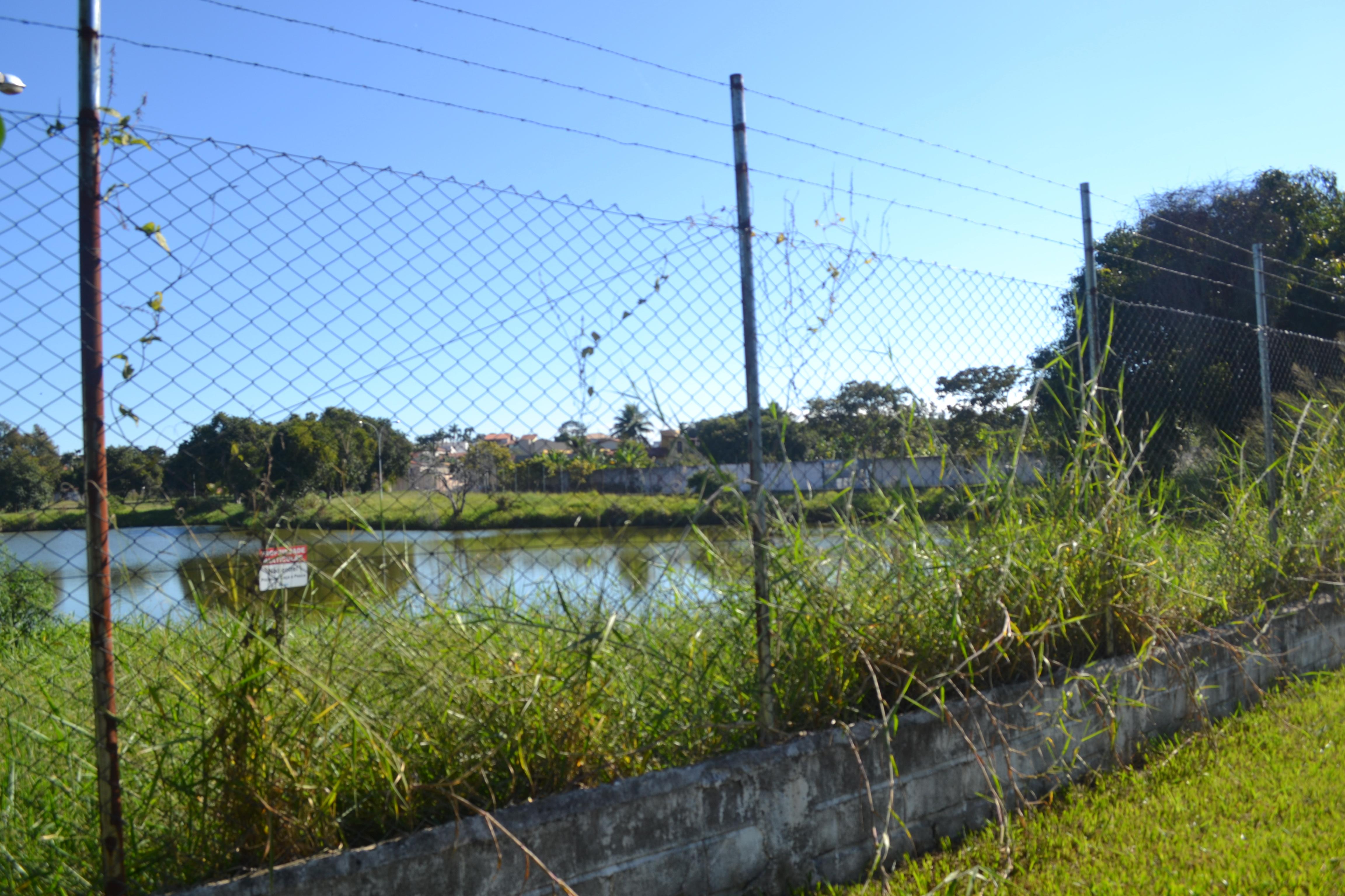 Cercada há mais de seis anos, a lagoa do Mondesir aguarda trabalho de recuperação desde Paulo Neme (Foto: Lucas Barbosa)