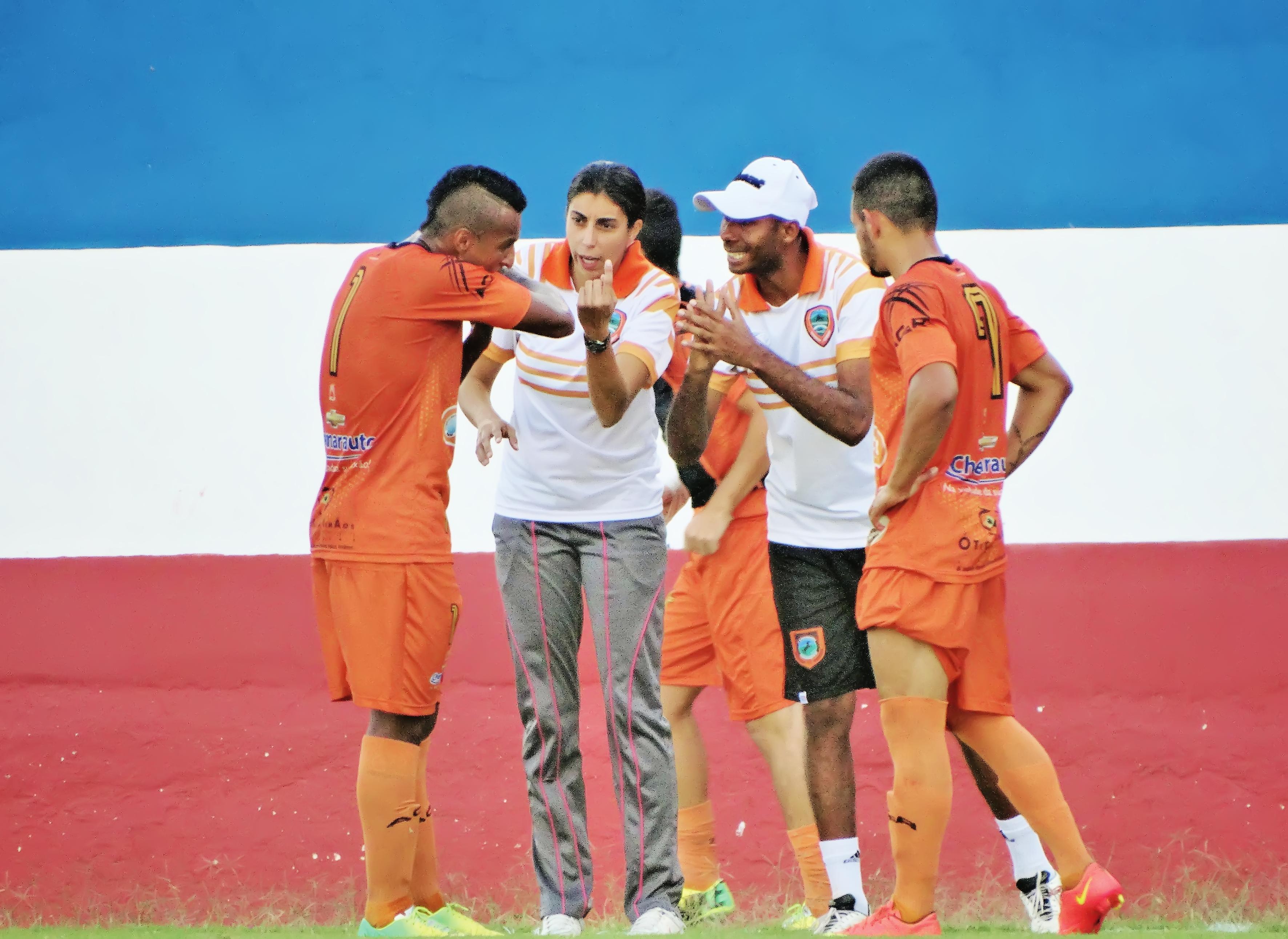 A técnica Nilmara Alves, durante partida do Manthiqueira, no Dario (Foto: Arquivo Atos)