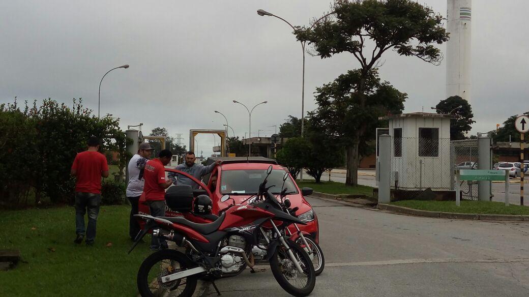 Saída de funcionários da Tenaris, onde homem morreu prensado entre dois tubos de metal, na última terça-feira (Foto: Colaboração SMP)