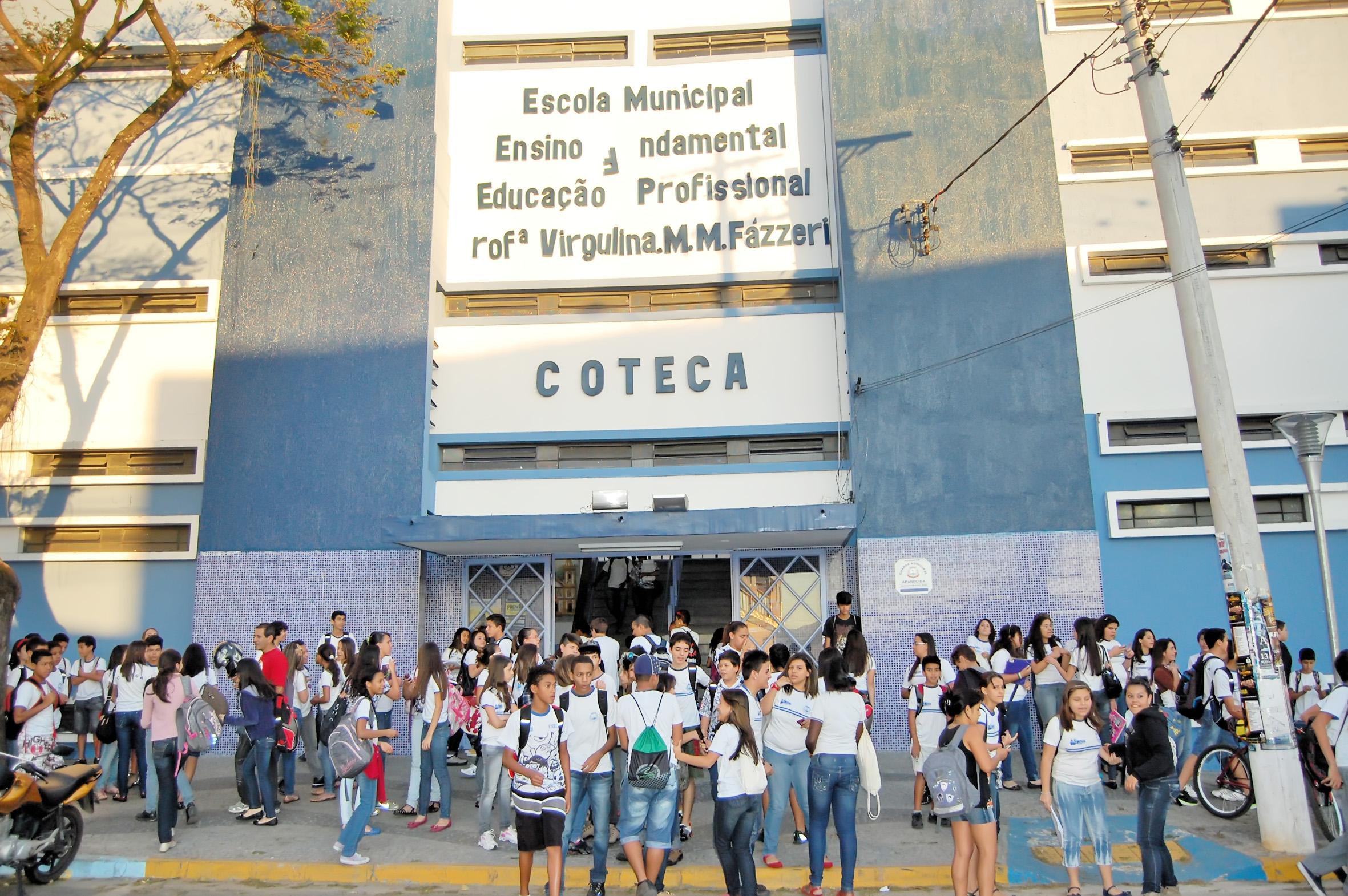 Alunos na saída de escola em Aparecida; concurso para contratação na rede municipal é marcado por acusações de irregularidades em provas (Foto: Arquivo Atos)