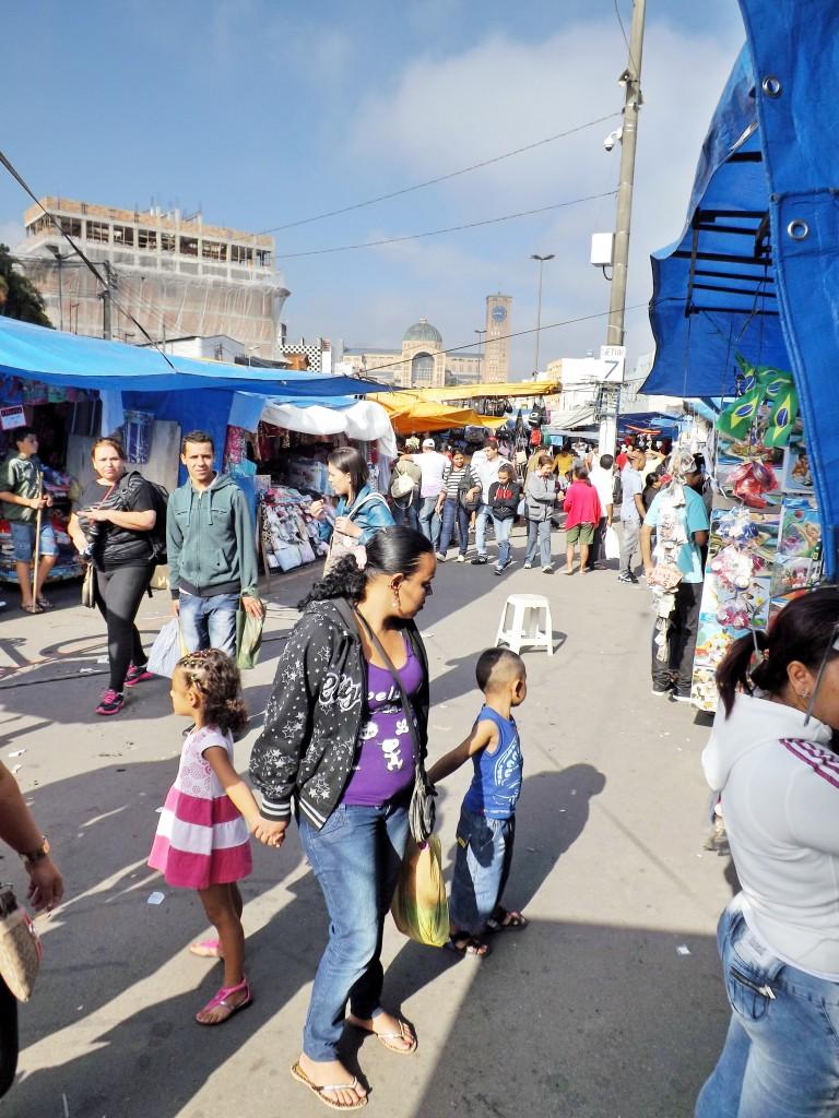 Mãe acompanha crianças em visita à feira livre, pela avenida Monumental de Aparecida (Foto: Arquivo Atos)