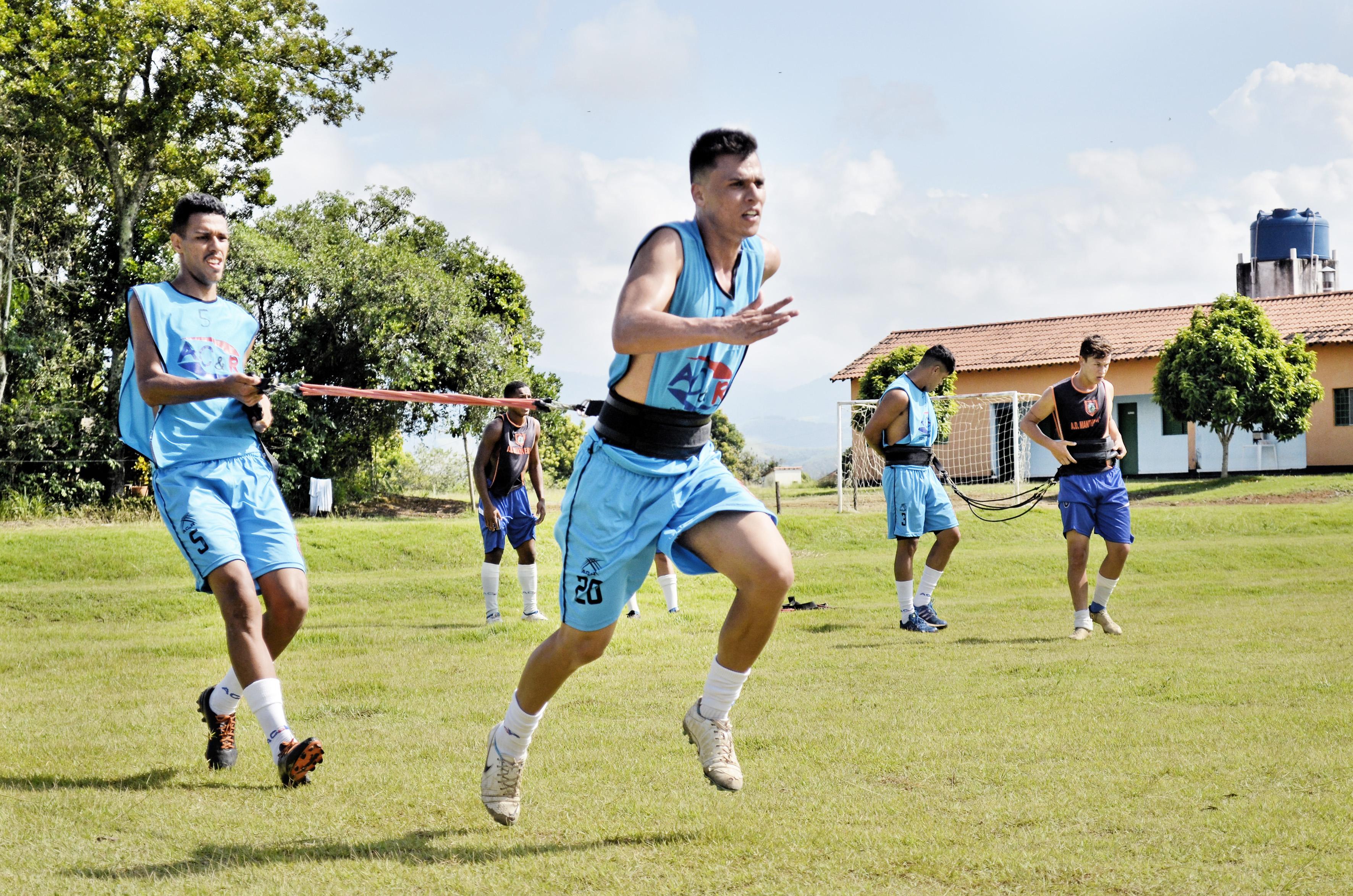 Ainda longe da bola, elenco do Manthiqueira treina forte para aprimorar preparação física, de olho na estreia do Campeonato Paulista (Foto: Leandro Oliveira)