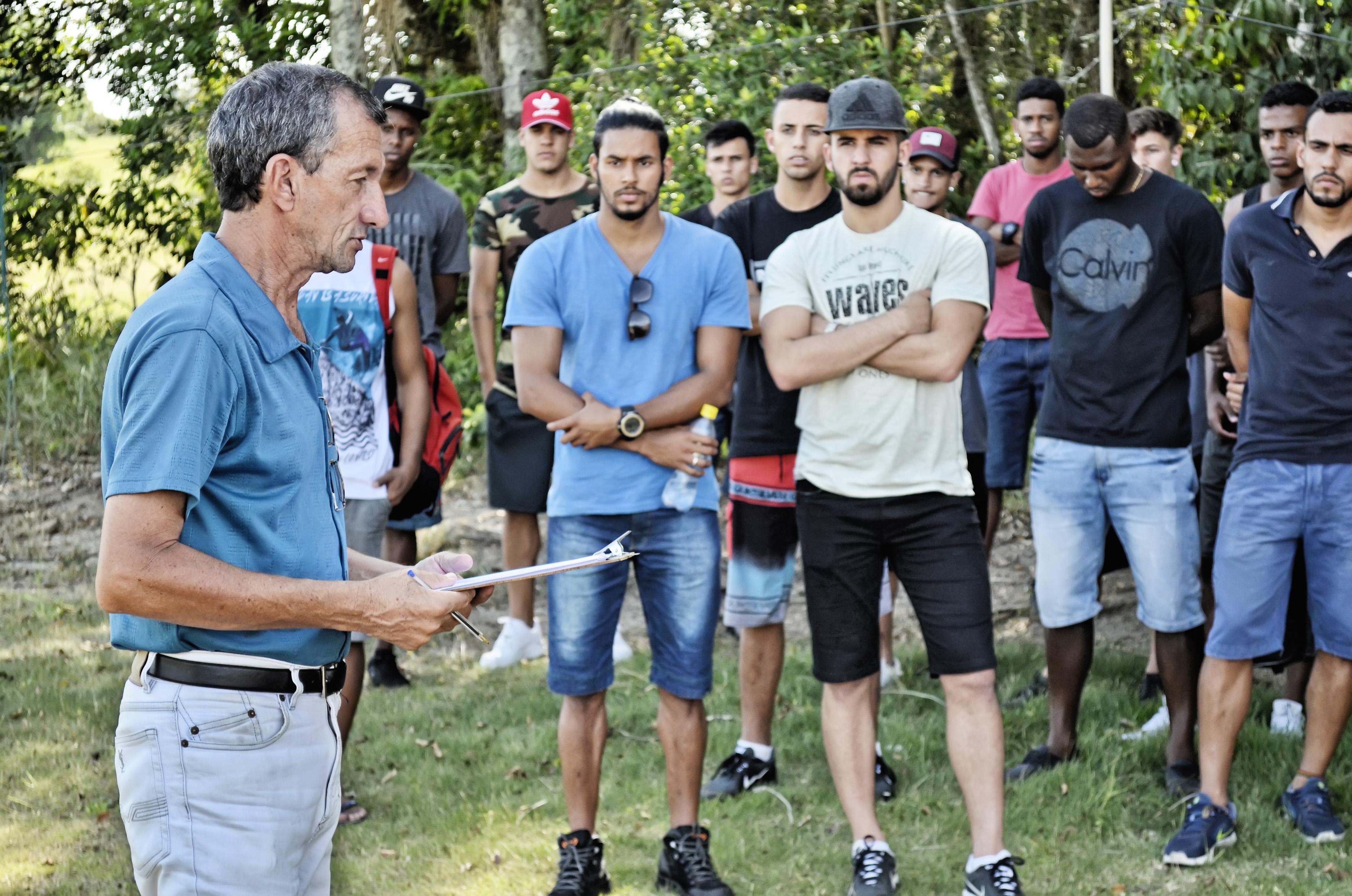 O presidente do Manthiqueira, Dado de Oliveira, em conversa com jogadores do clube na apresentação do elenco para a temporada de 2017 (Foto: Leandro Oliveira)