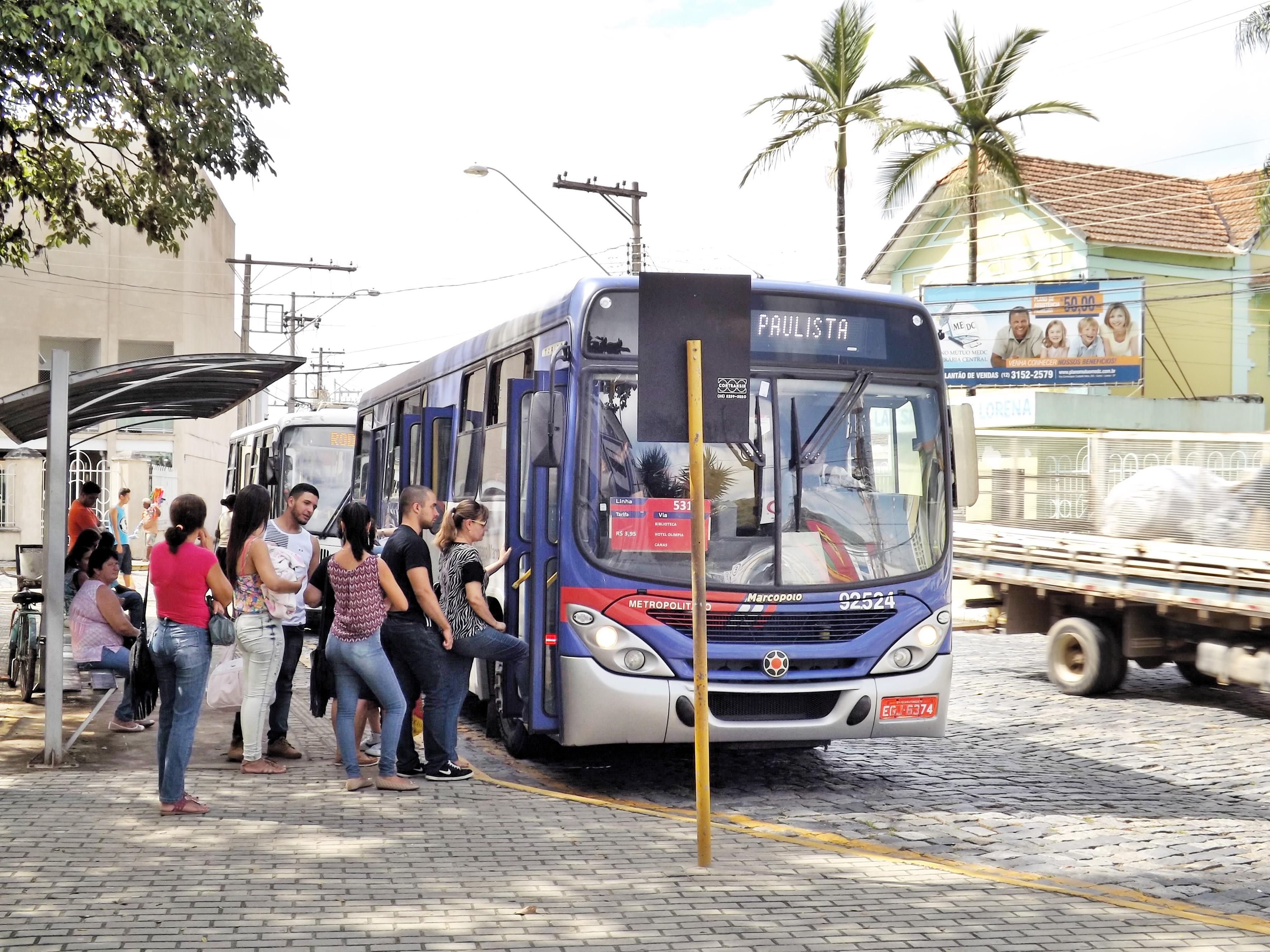 Passageiros embarcam em ônibus que faz a linha Lorena-Cachoeira Paulista; cidade é a mais afetada por ação de assaltantes na estrada (Foto: Lucas Barbosa)