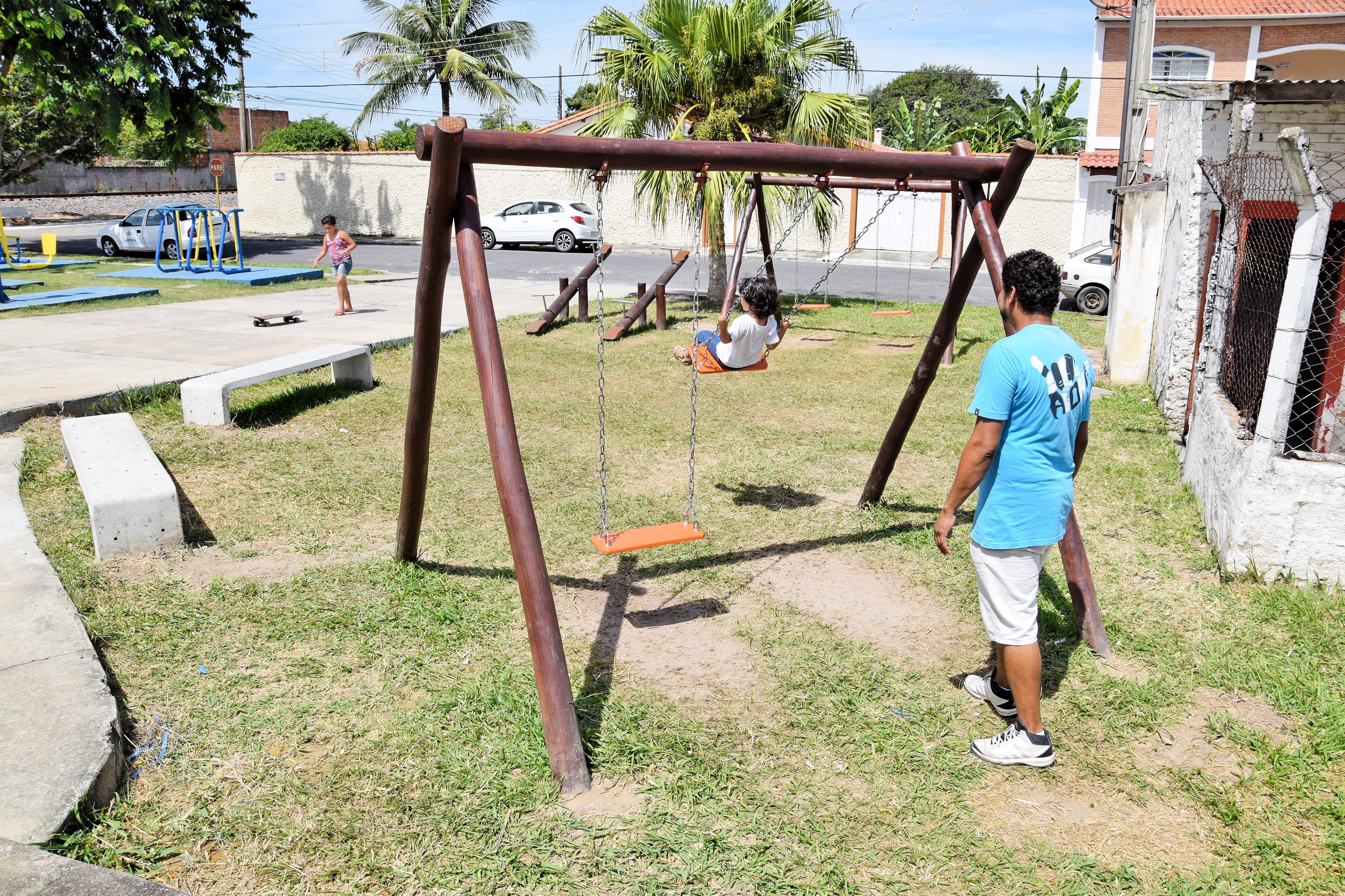 Pai brinca com filho em parque no São Roque, um dos espaços inaugurados em Lorena (Foto: Divulgação PML)