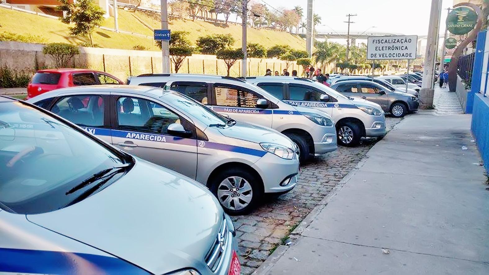 Táxis estacionados em ponto na região central de Aparecida; setor é alvo de polêmica com alvarás (Foto: Arquivo Atos)