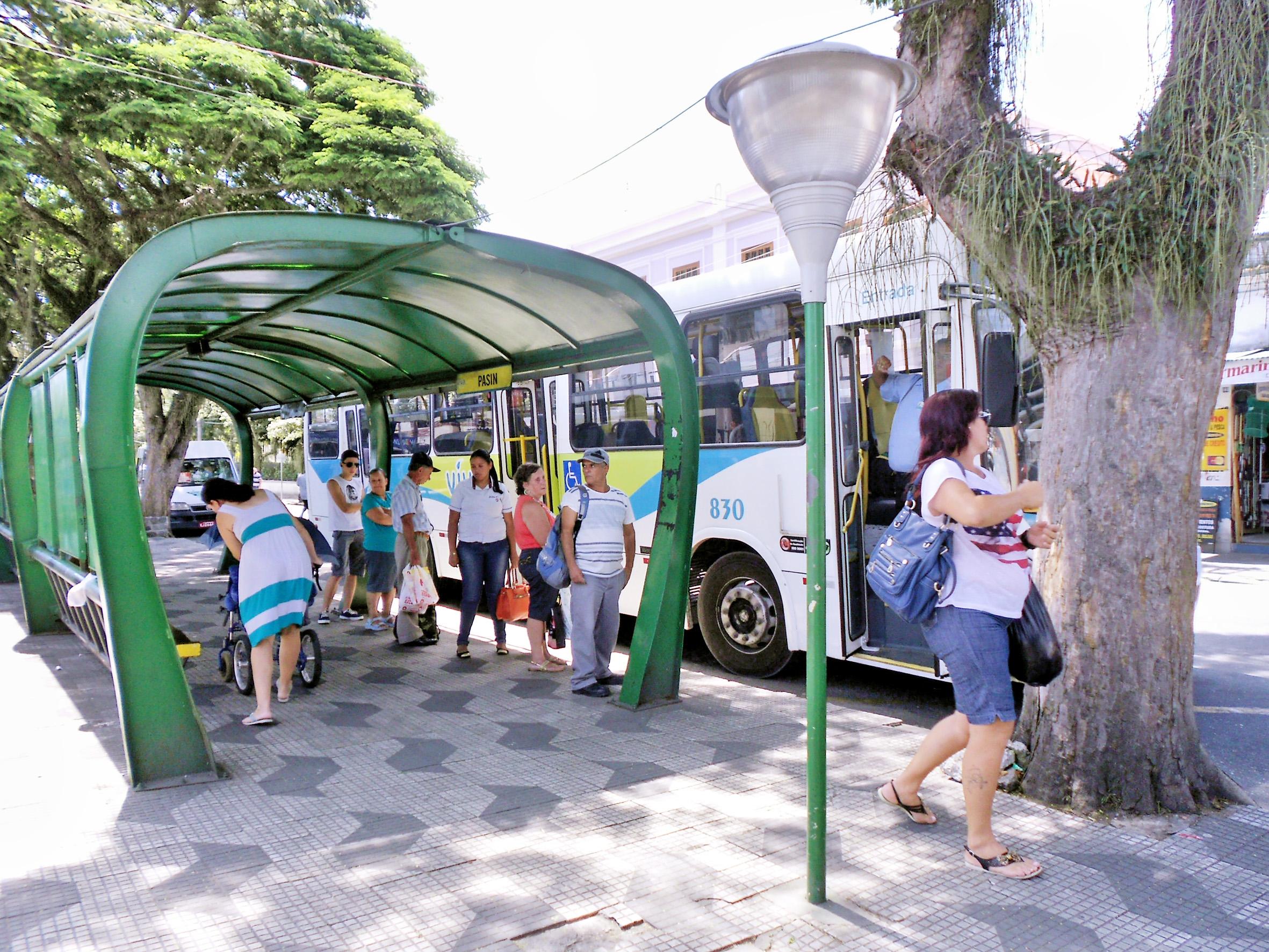 Passageiros esperam por ônibus do Viva Pinda: cidade tenta avançar processo licitatório do transporte (Foto: Arquivo Atos)