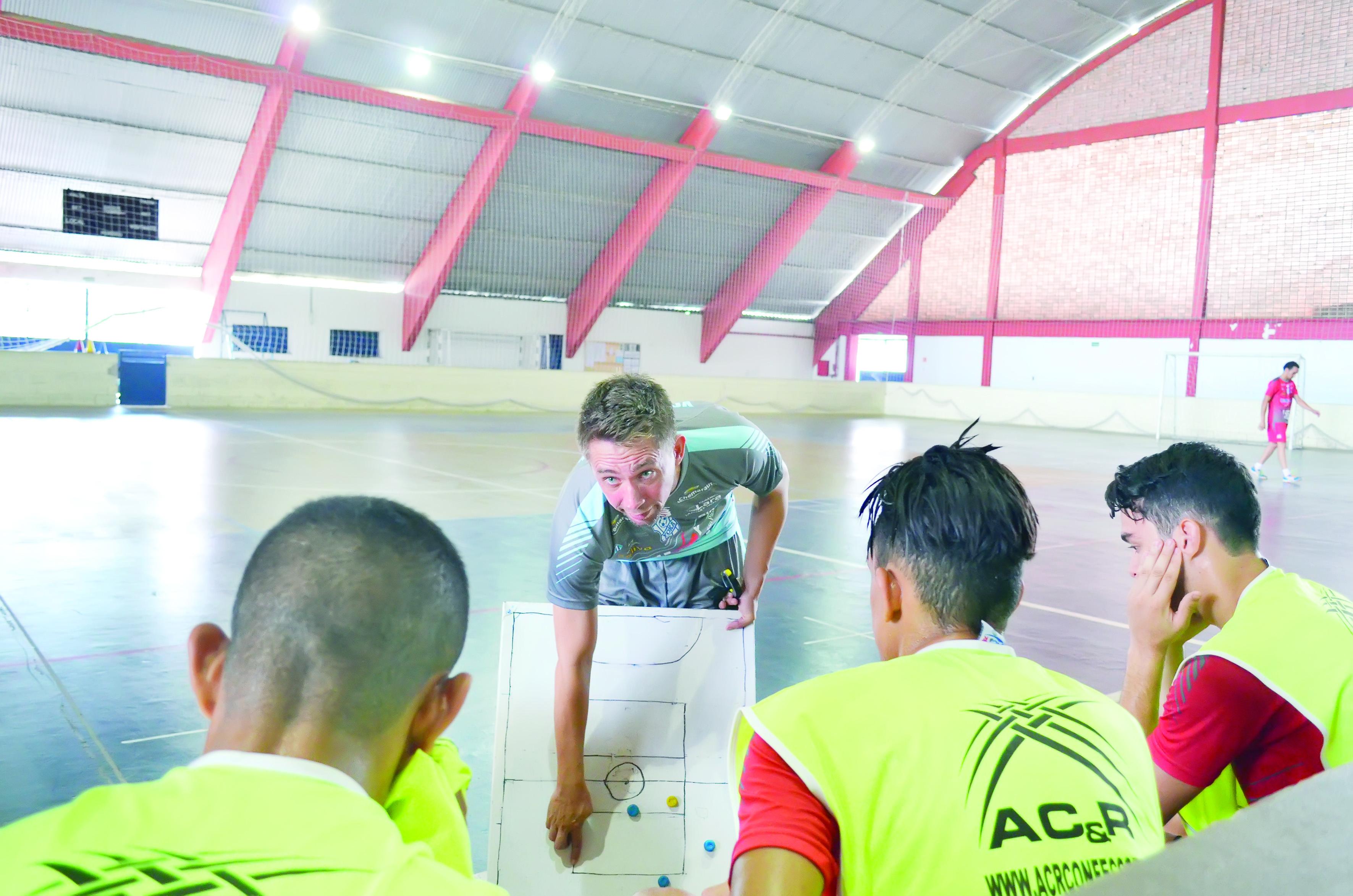 O técnico Wesley Szabo faz ajustes com jogadores do Yoka durante treinamento no ginásio do Itaguará (Foto: Leandro Oliveira)
