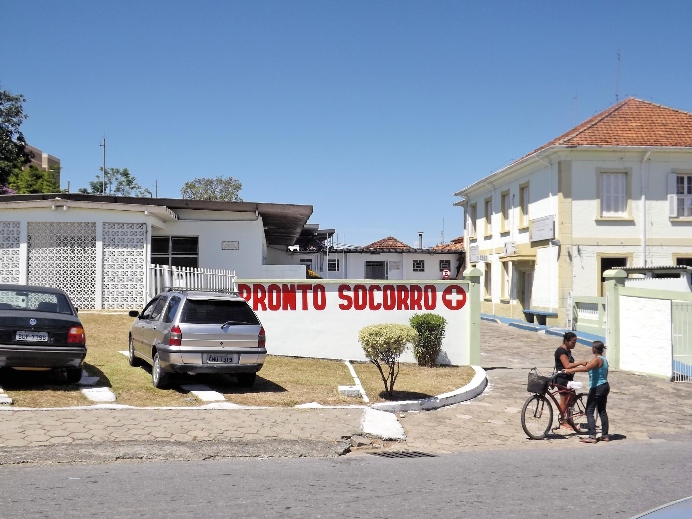 A entrada principal do Pronto Socorro de Cachoeira Paulista; município transfere atendimento para anexo (Foto: Lucas Barbosa)