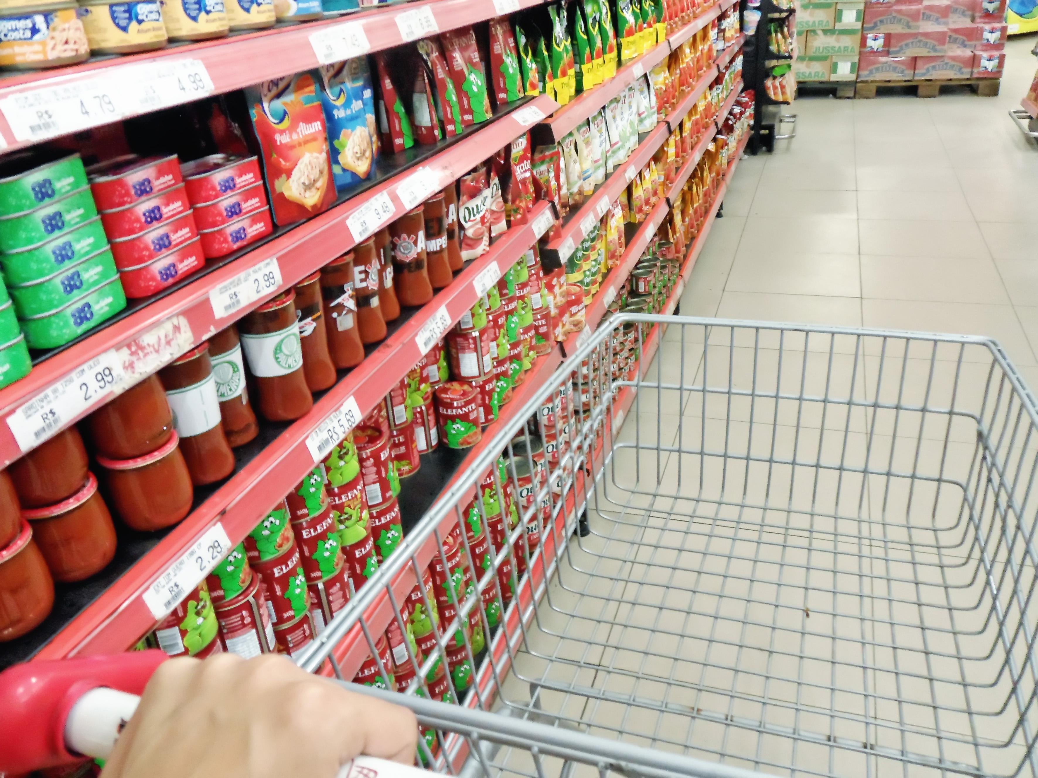 O carinho de compras vazio; preços altos inibem gastos de servidores (Foto: Maria Fernanda Rezende)