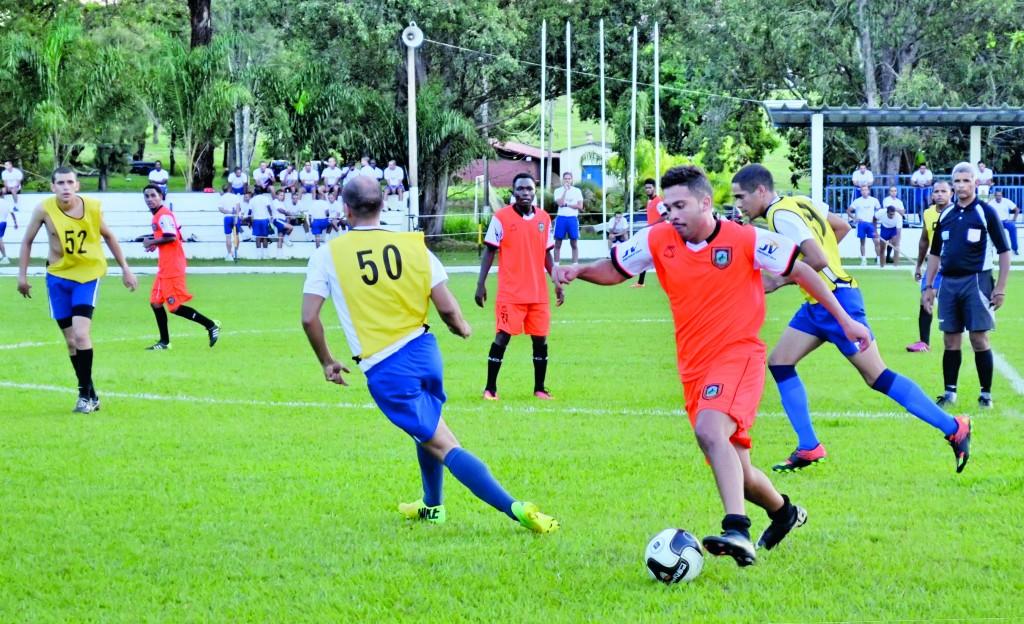 Lance do jogo-treino entre Manthiqueira e Escola de Especialistas da Aeronáutica; goleada esquentou reta final de pré-temporada da Laranja (Foto: Lucas Barbosa)