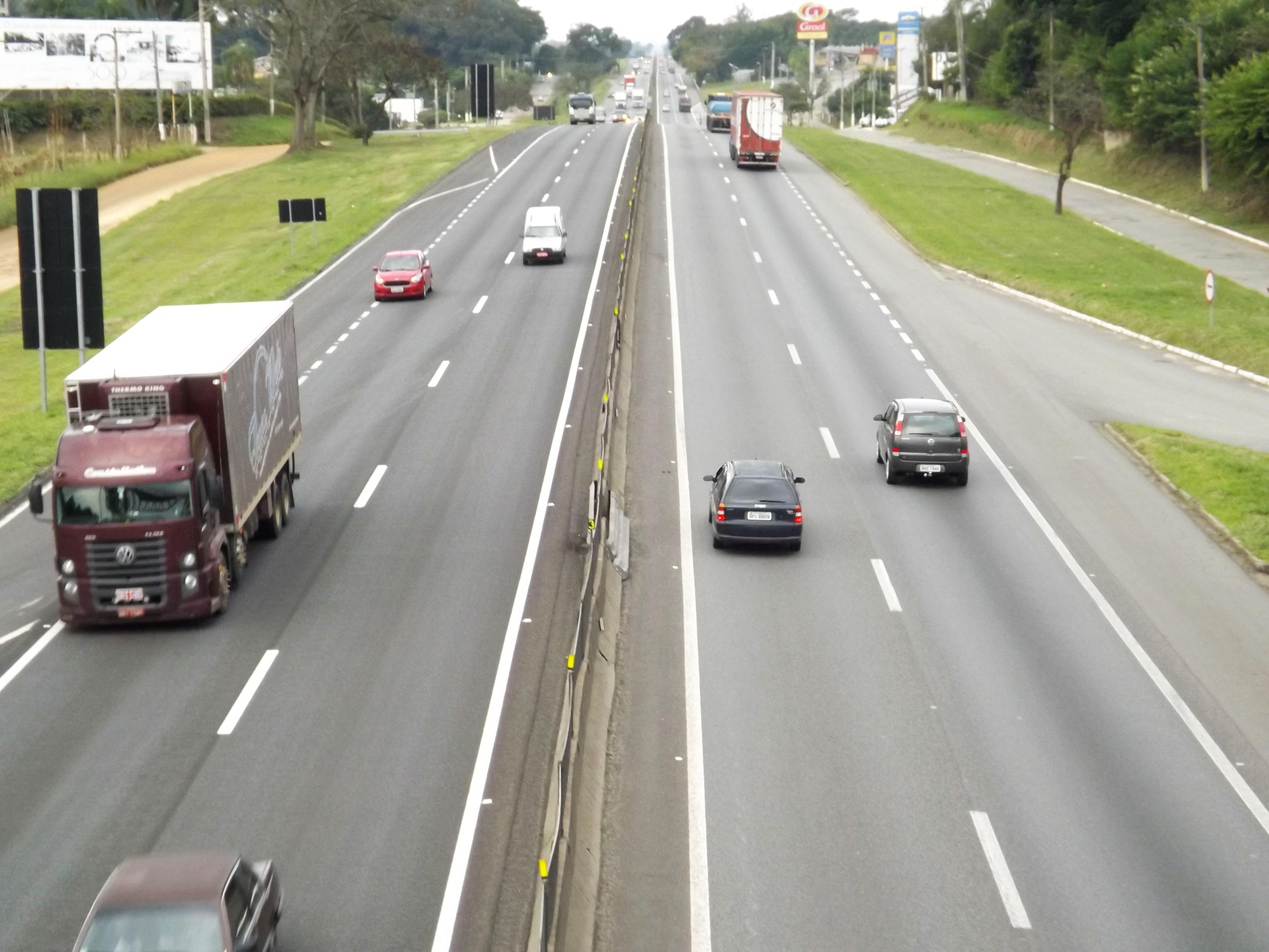 Rodovia Presidente Dutra deve receber maior fluxo de veículos a partir da tarde desta sexta-feira devido ao feriado do Dia do Trabalho
