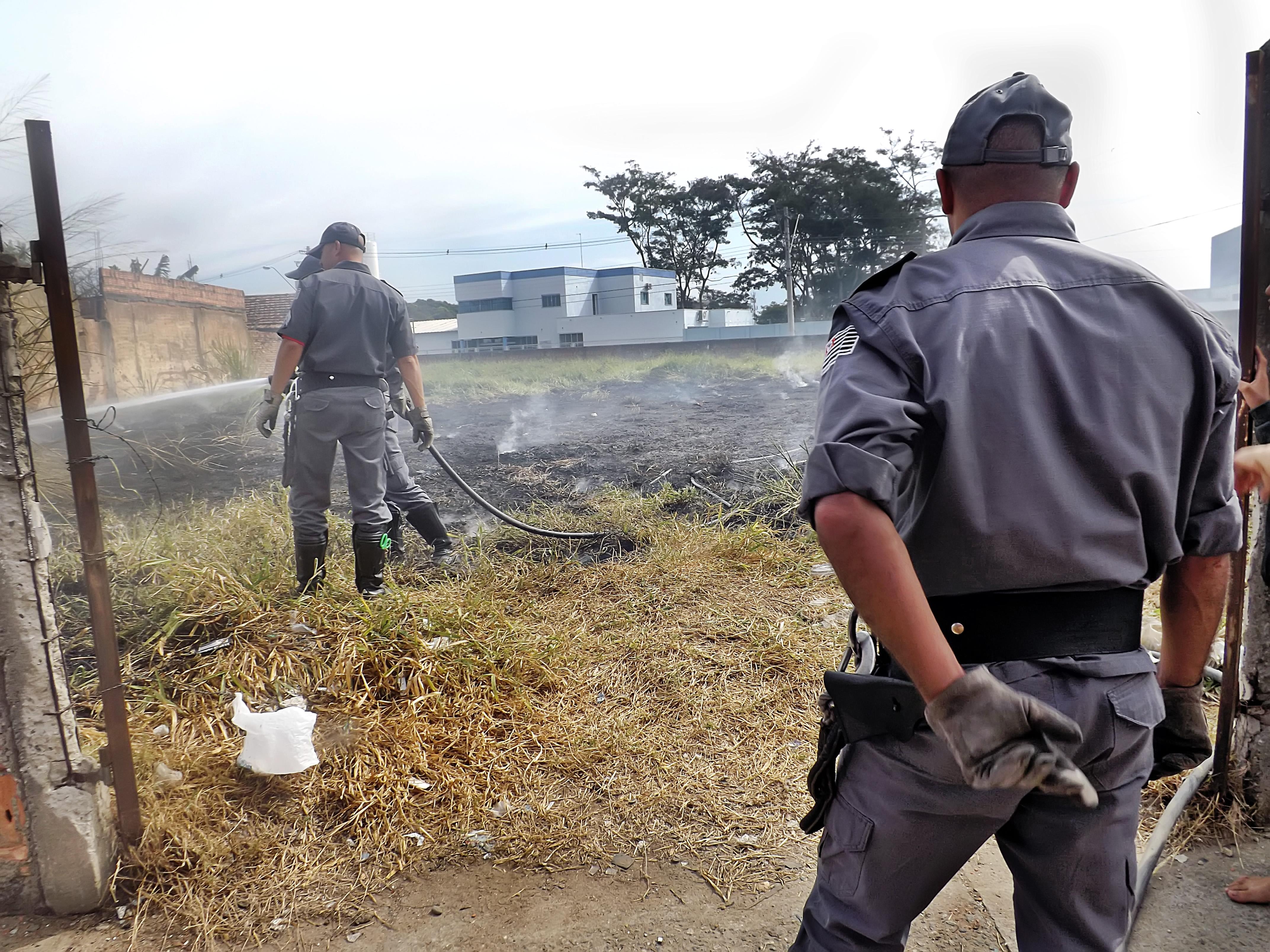 Bombeiros de Lorena, durante atendimento à ocorrência em terreno no Vila Hepacaré; STF derruba taxa (Foto: Arquivos Atos)