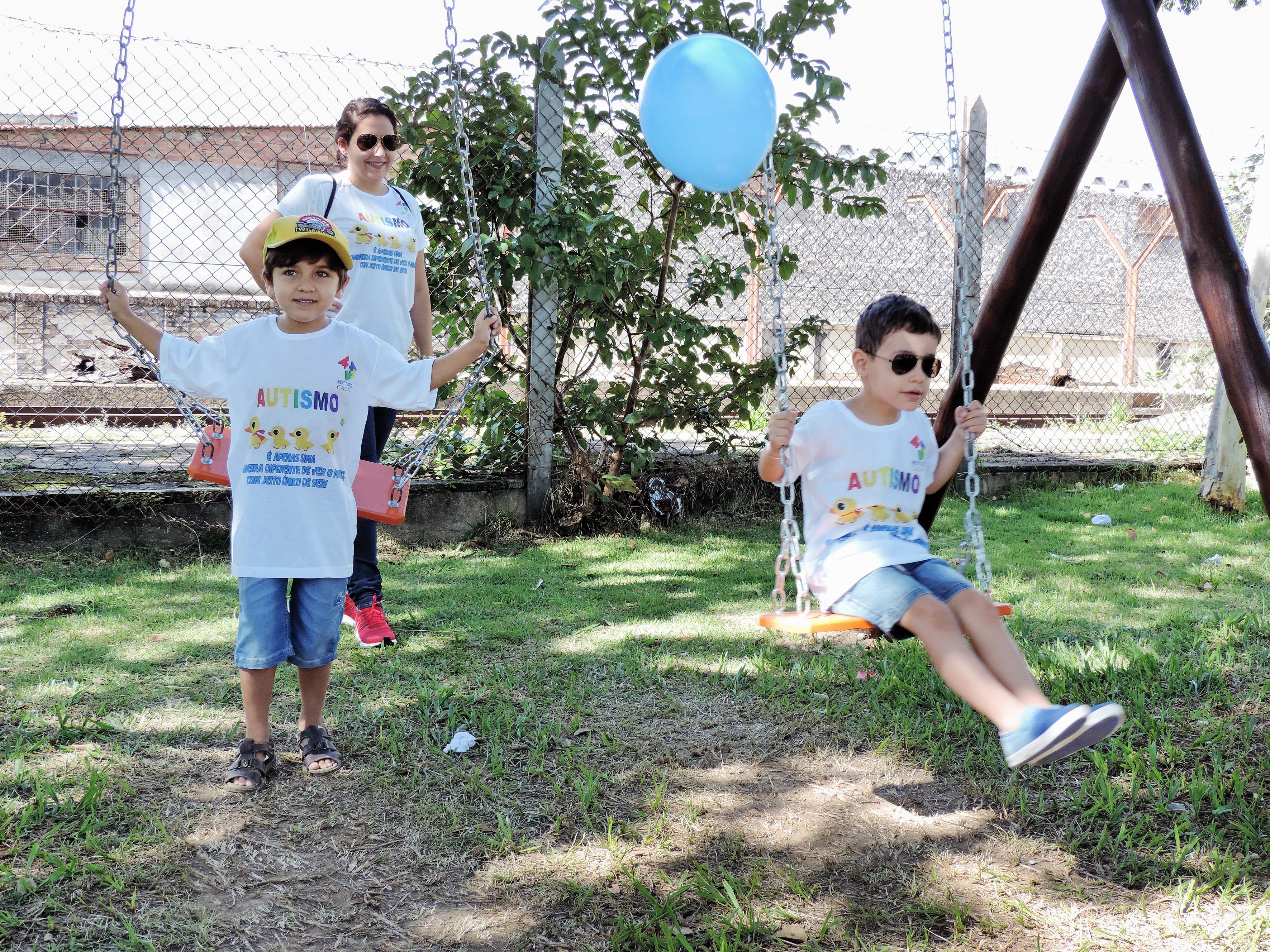 Família que participa de ações do instituto Cacau, durante evento de conscientização em Lorena; programa garante maior apoio na cidade (Foto: Arquivo Atos)