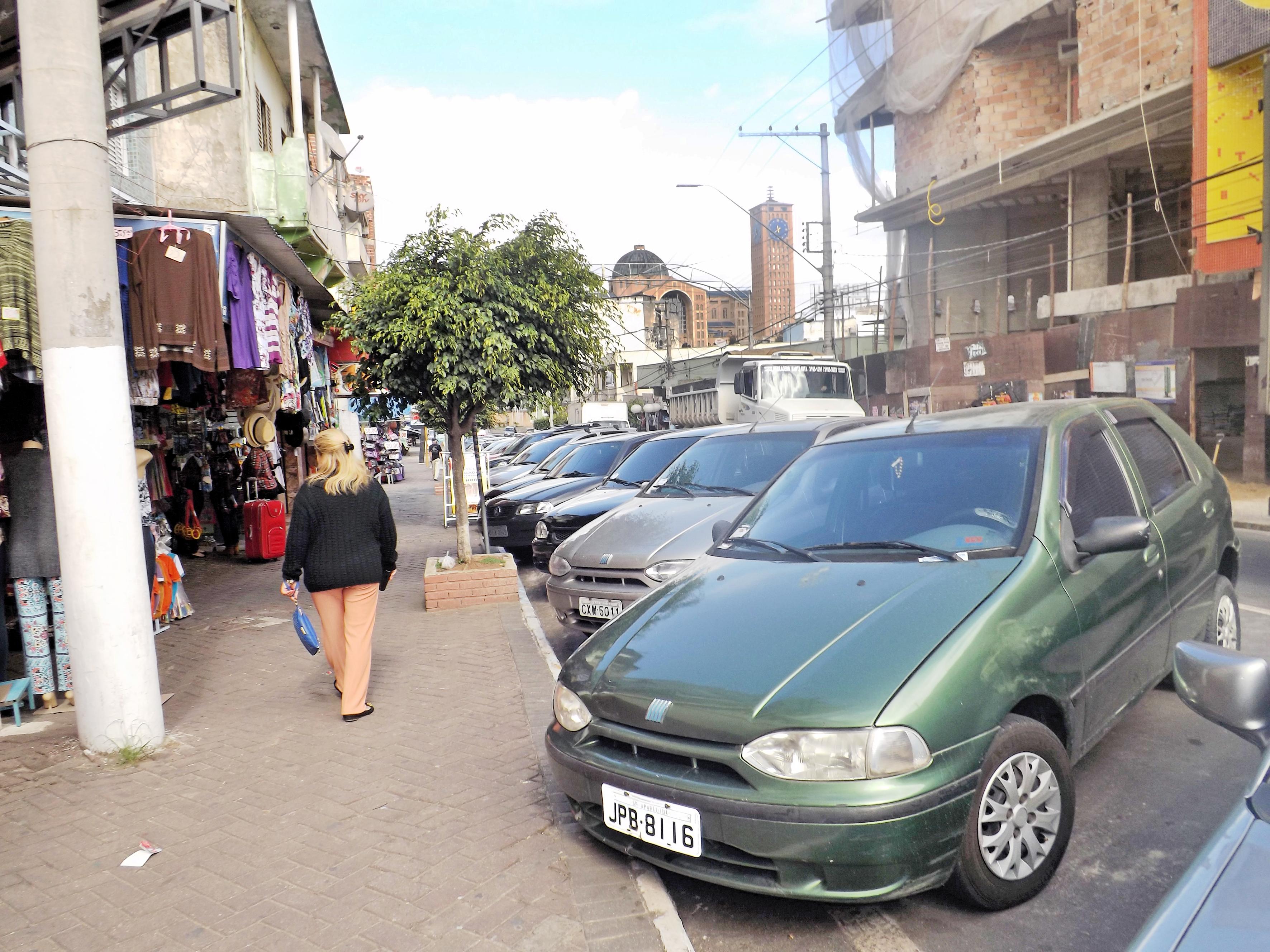 Carros estacionados no centro de Aparecida; cidade quer retomar Zona Azul no 2º semestre (Foto: Arquivo Atos)