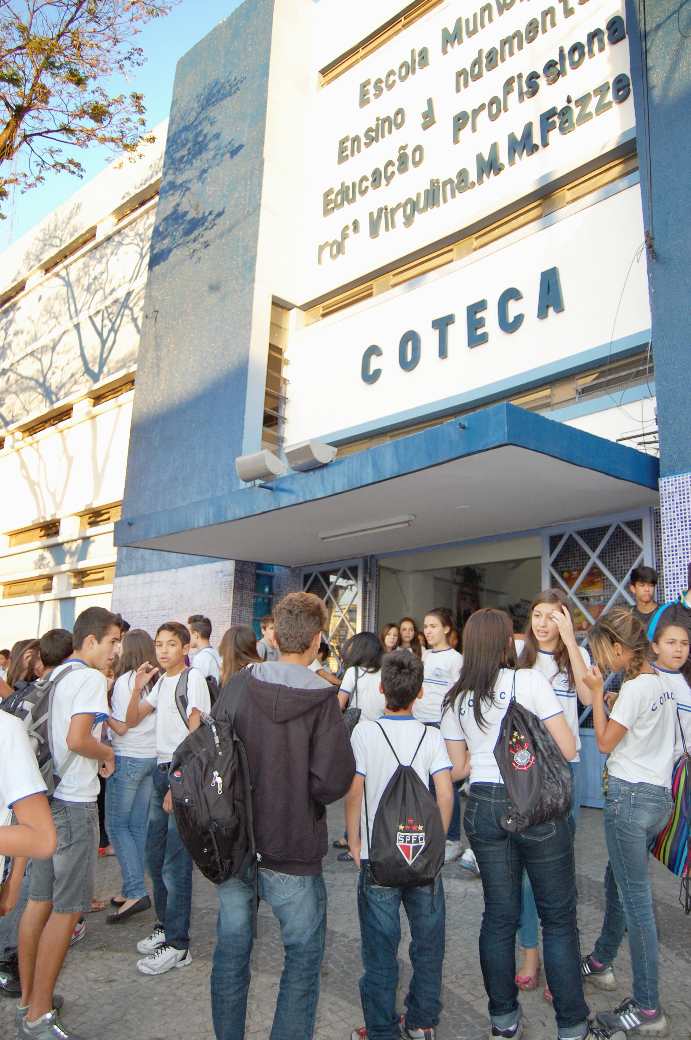 Alunos na saída de escola municipal, em Aparecida; cidade projeta entrega de uniformes para 2017 (Foto: Arquivo Atos)