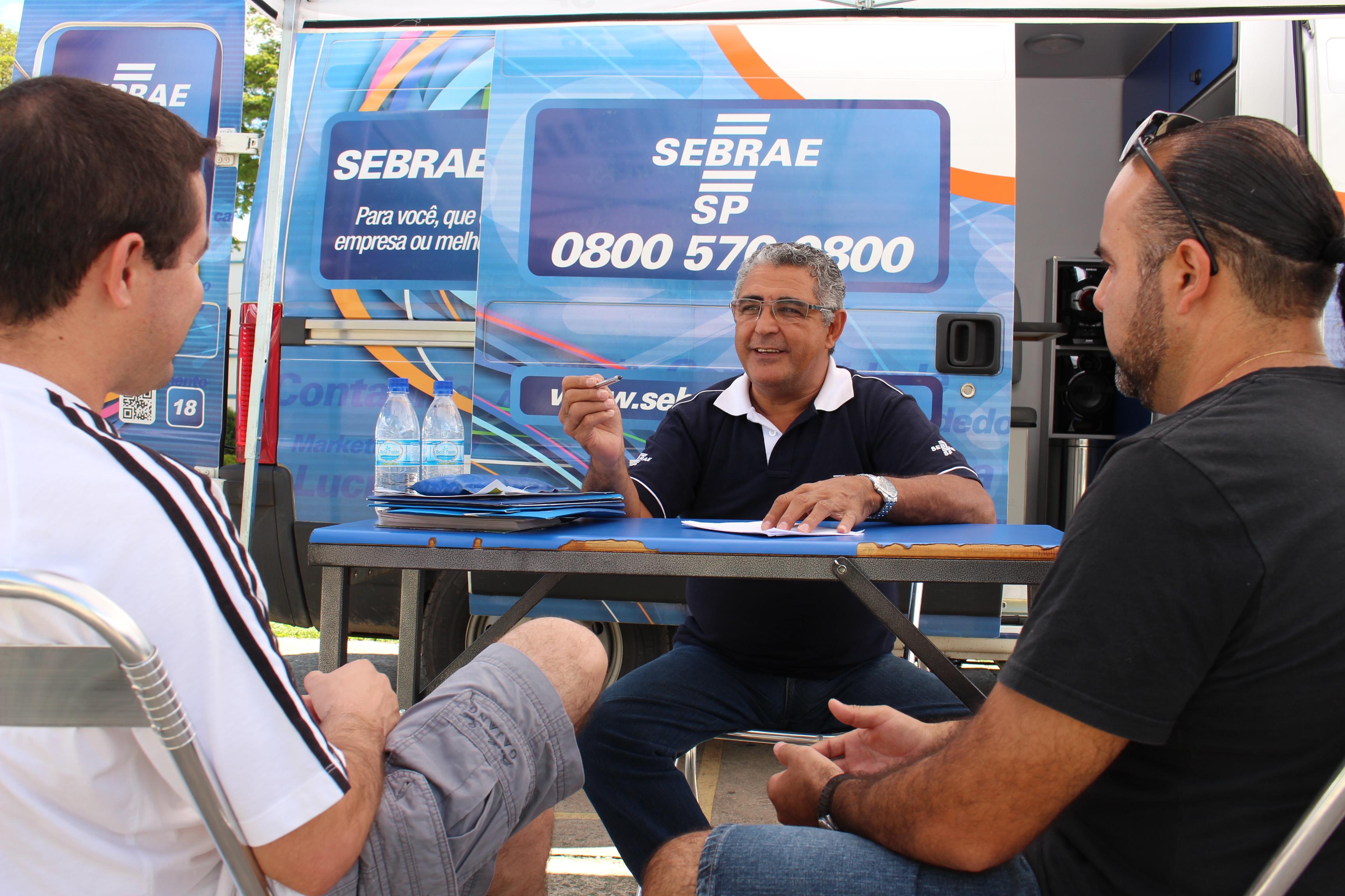 Funcionário do Sebrae-SP atende a microempresários; serviço segue até sexta-feira (Foto: Arquivo Atos)