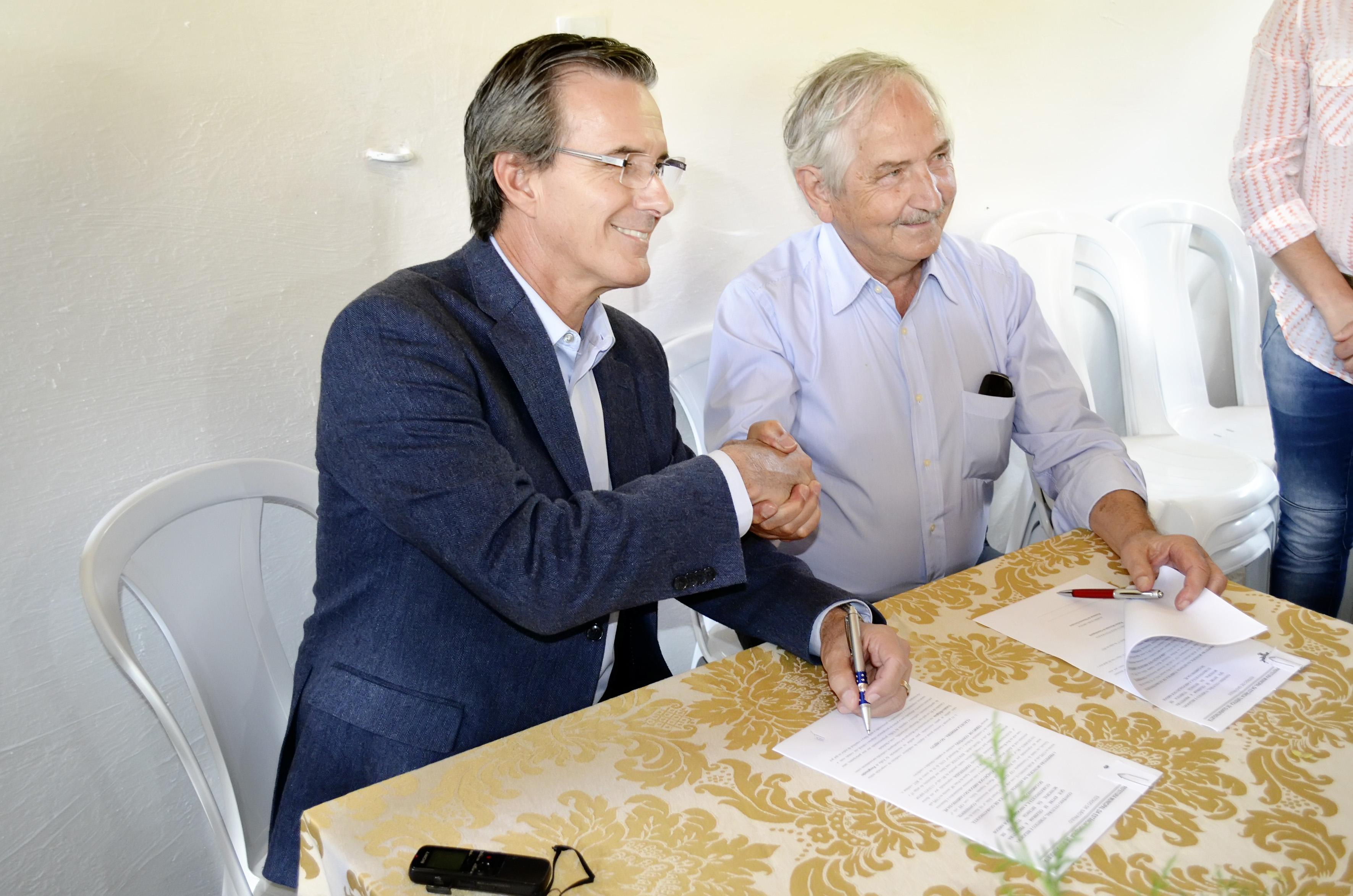 Marcus Soliva, o presidente da Associação dos Amigos do Caminho da Fé, Almiro Grings assinam convênio  (Foto: Estéfani Braz)