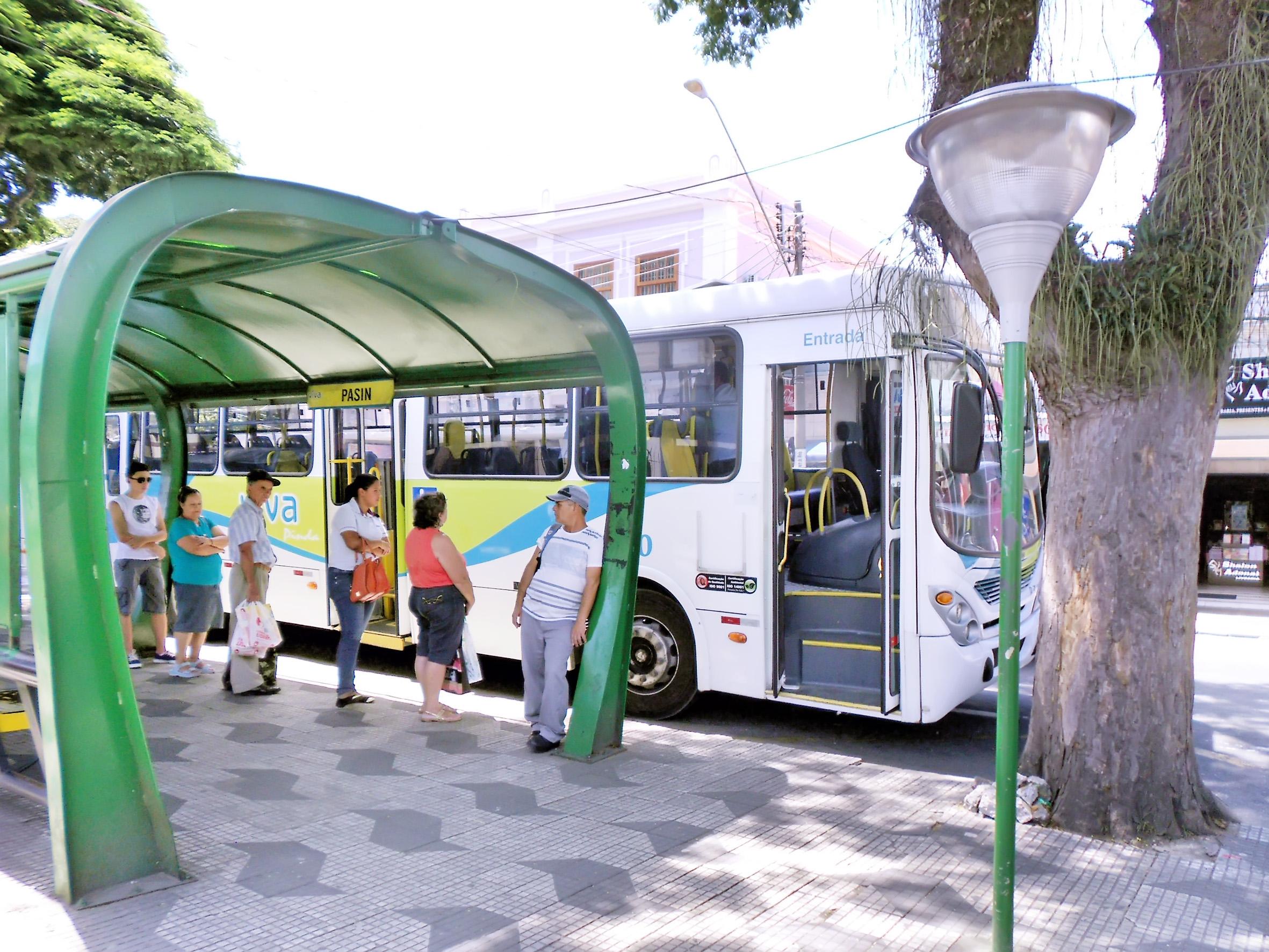 Ônibus da empresa Viva Pinda em ponto de embarque no Centro; aumento de tarifa gerou discórdia entre usuários do transporte público (Foto: Arquivo Atos)