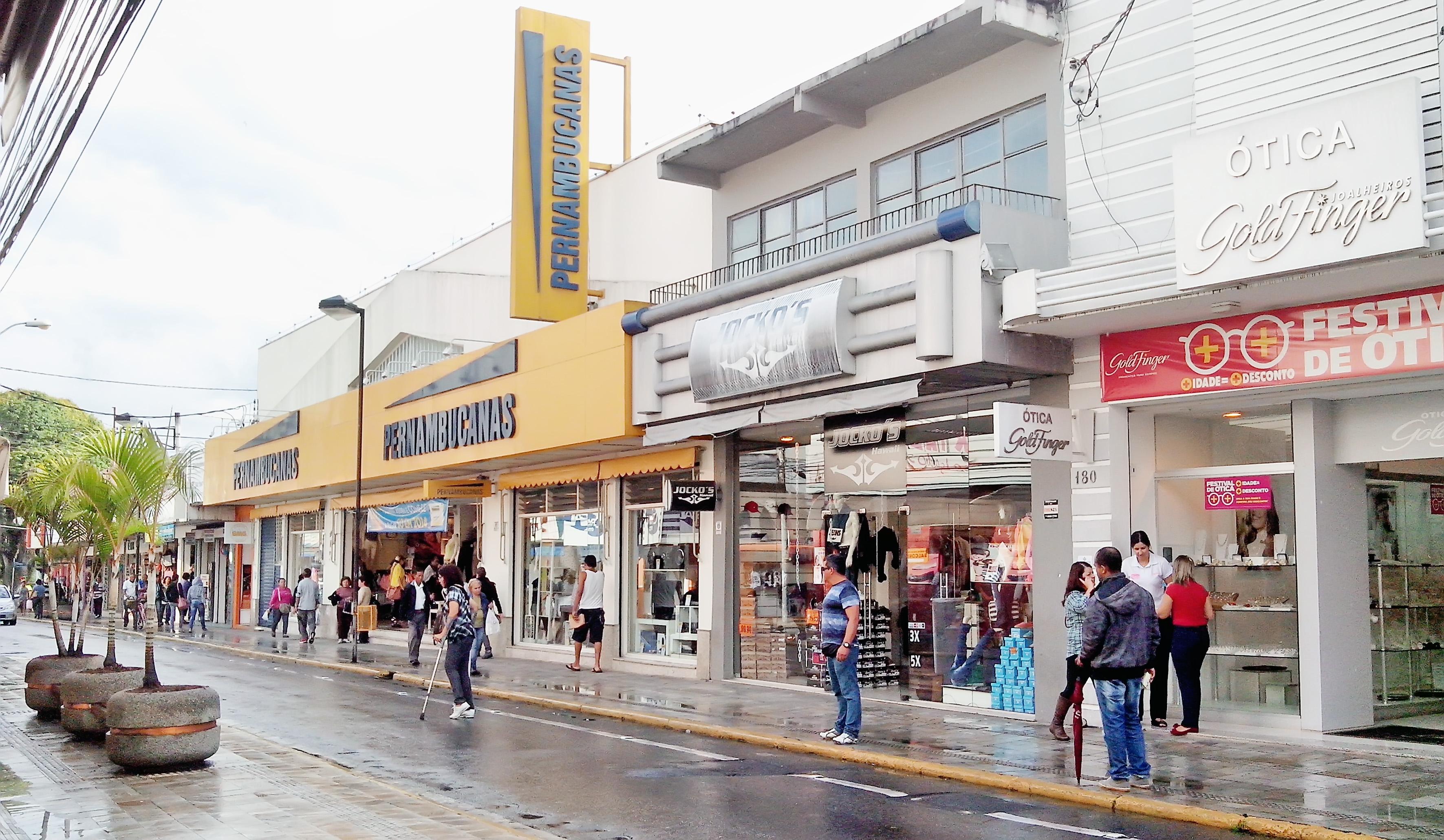 Centro comercial de Pindamonhangaba, por onde quadrilha fez vítimas entre estabelecimentos; Polícia Civil busca acusados por golpes (Foto: Arquivo Atos)
