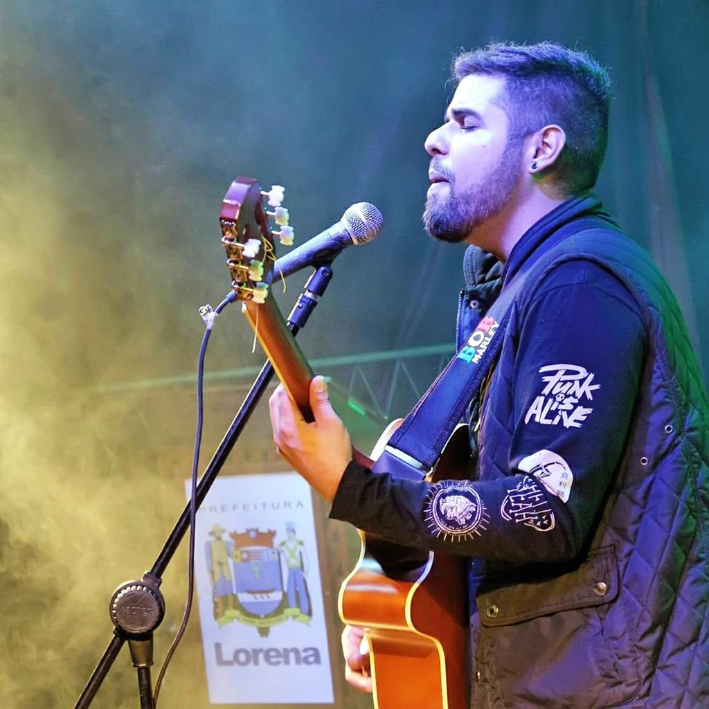 O jovem cantor e compositor Fábio Giffoni, que fechou parceria para apresentações gratuitas em Lorena (Foto: Divulgação)