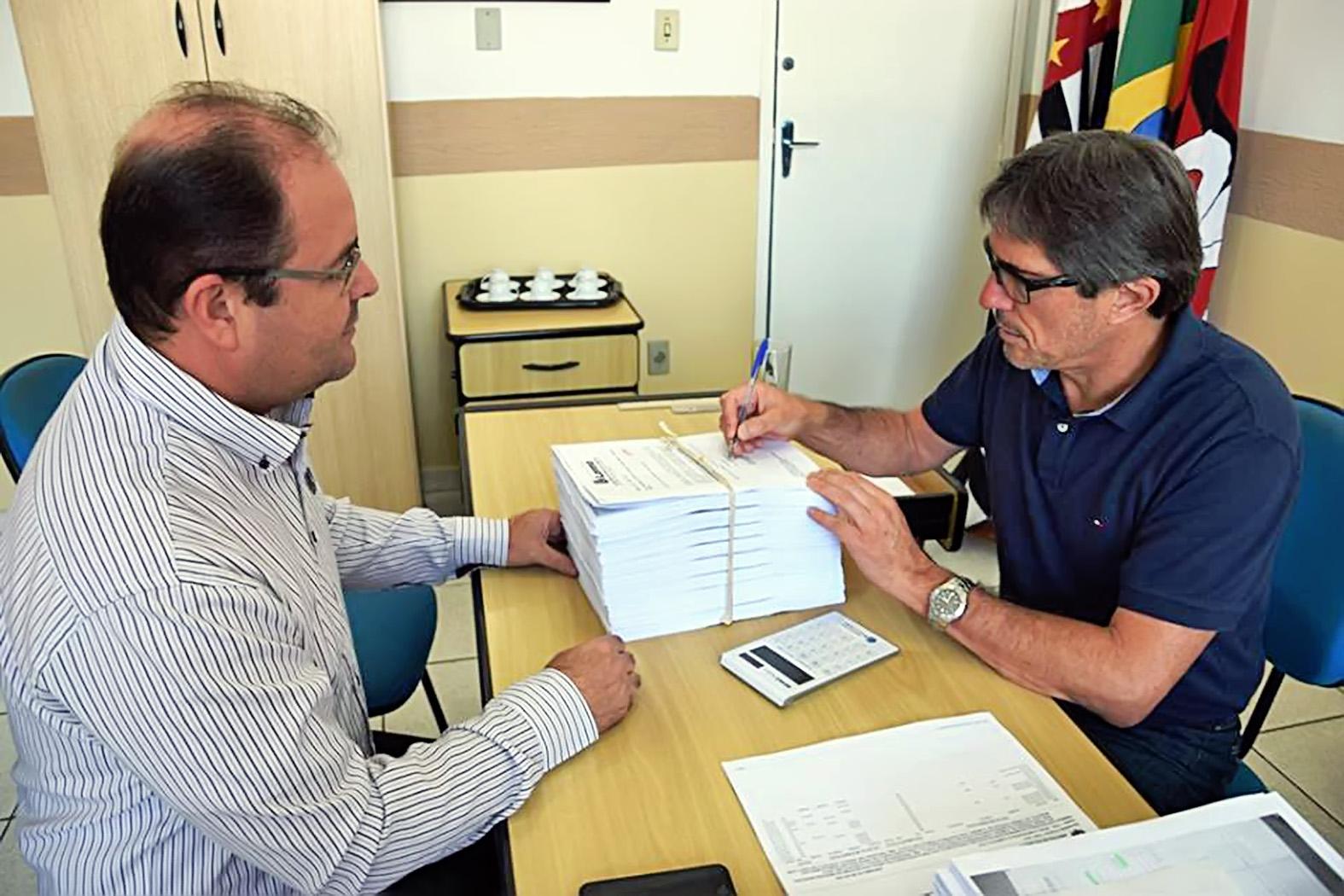 O procurador da Prefeitura Adriano Aurélio e o prefeito Fábio Marcondes respondem requerimentos (Divulgação PML)