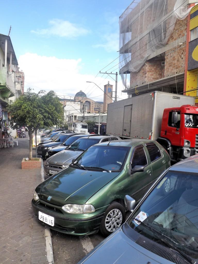 Carros estacionados no Centro de Aparecida; cidade tenta retomar zona azul, no segundo semestre (Foto: Arquivo Atos)