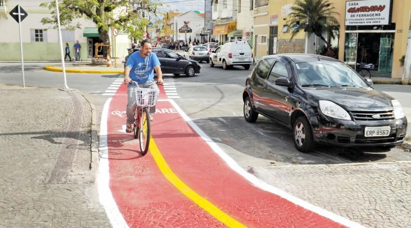 Ciclista trafega pela ciclofaixa implantada entre as ruas Major Oliveira Borges e Marechal Teixeira Lott (Foto: Francisco Assis)