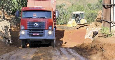 Caminhão da Prefeitura de Cruzeiro durante trabalho para recuperar áreas de risco no bairro do Itagaçaba (Foto: Reprodução)