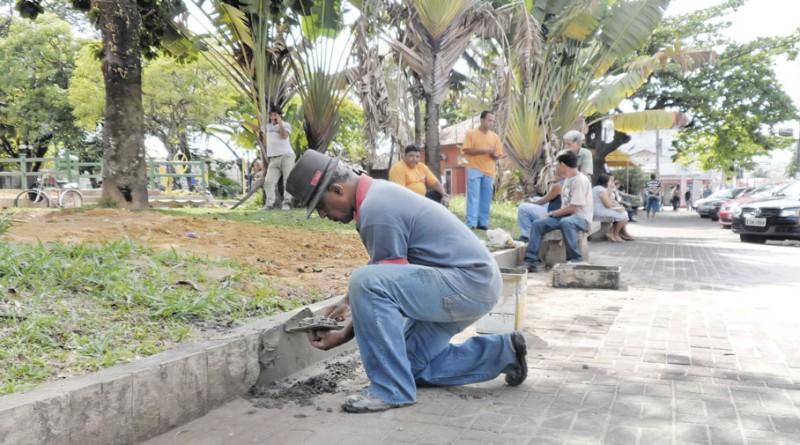 Servidor trabalha na praça 9 de Julho; segue discussão sobre vale-alimentação (Foto: Arquivo Atos)