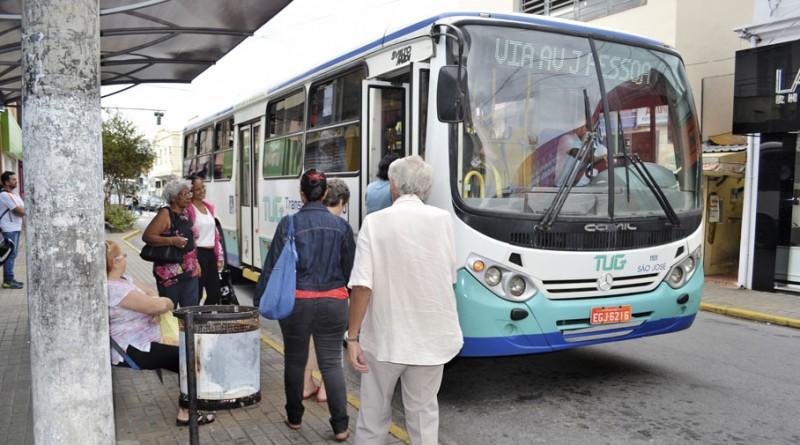 Passageiros embarcam em ônibus do TUG; serviço enfrenta dificuldades no processo de licitação (Foto: Arquivo Atos)