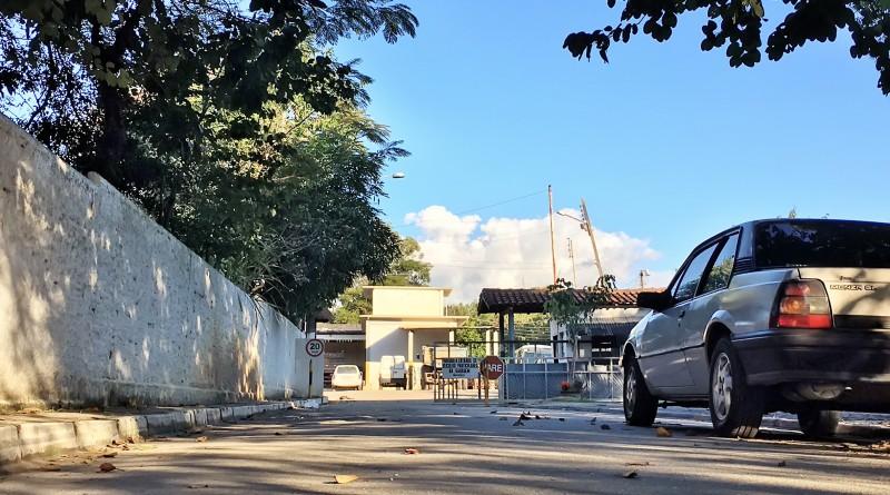 A entrada da Garagem Municipal de Cachoeira Paulista, onde, de acordo com acusação, teriam acontecido casos de assédio à funcionária (Jéssica Dias)