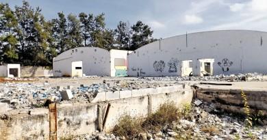 Restos do prédio que recebia a fábrica Dental Prev, fechada após falência, declarada em 2016; local virou acolhida para dependentes químicos (Foto: Lucas Barbosa)