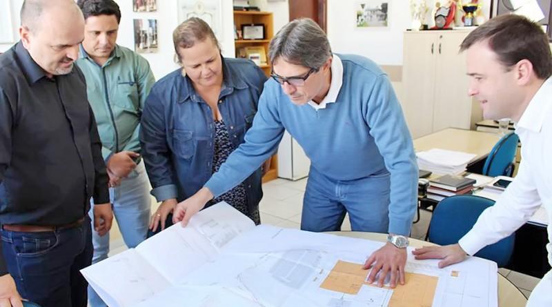 O prefeito de Lorena, Fábio Marcondes, acompanha explicação sobre projeto da nova unidade do Sesi (Foto: Divulgação PML)