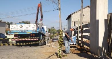 Funcionários da Prefeitura de Lorena em obra da construção de Centro de Idosos, paralisada em 2015 (Foto: Lucas Barbosa)