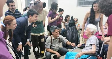 """Jovens universitários da USP atendem idosos durante visita em instituição de Lorena; projeto """"Lacre Amigo"""" busca adesão da população  (Foto: Reprodução)"""