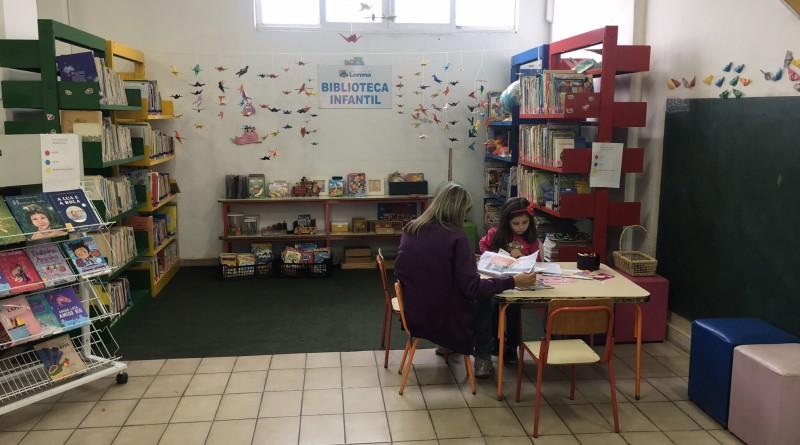 Mães e filha leem em espaço destinado a literatura infantil na Biblioteca Municipal; livros para todos (Foto: Jéssica Dias)